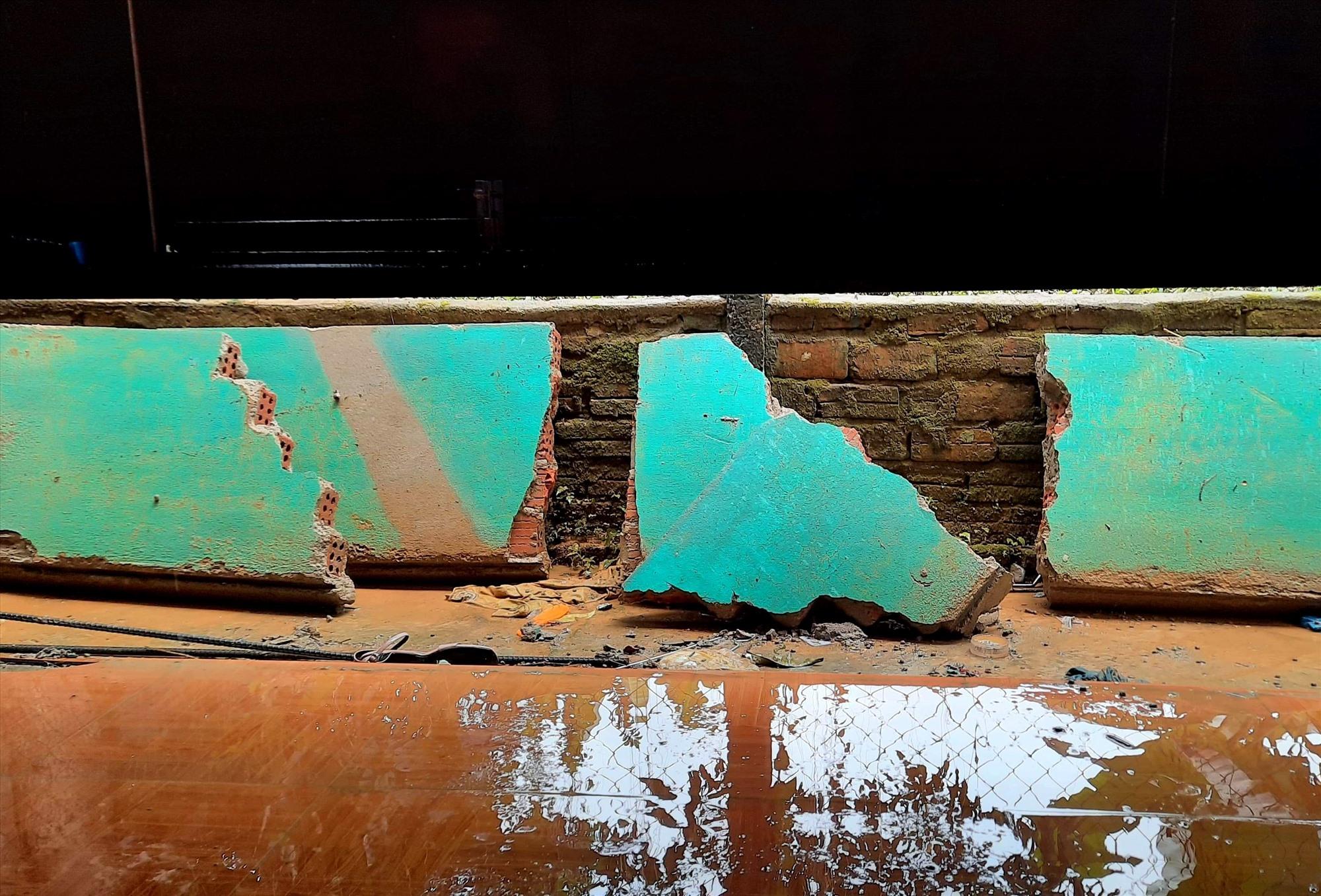 Từng mảng tường bị nước lũ đánh sập. Ảnh: N.D