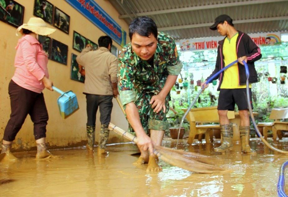 Hôm nay là ngày thứ 3 liên tiếp dọn dẹp vệ sinh tại Trường Phổ thông Dân tộc bán trú THCS Nguyễn Bá Ngọc. Ảnh: A.N
