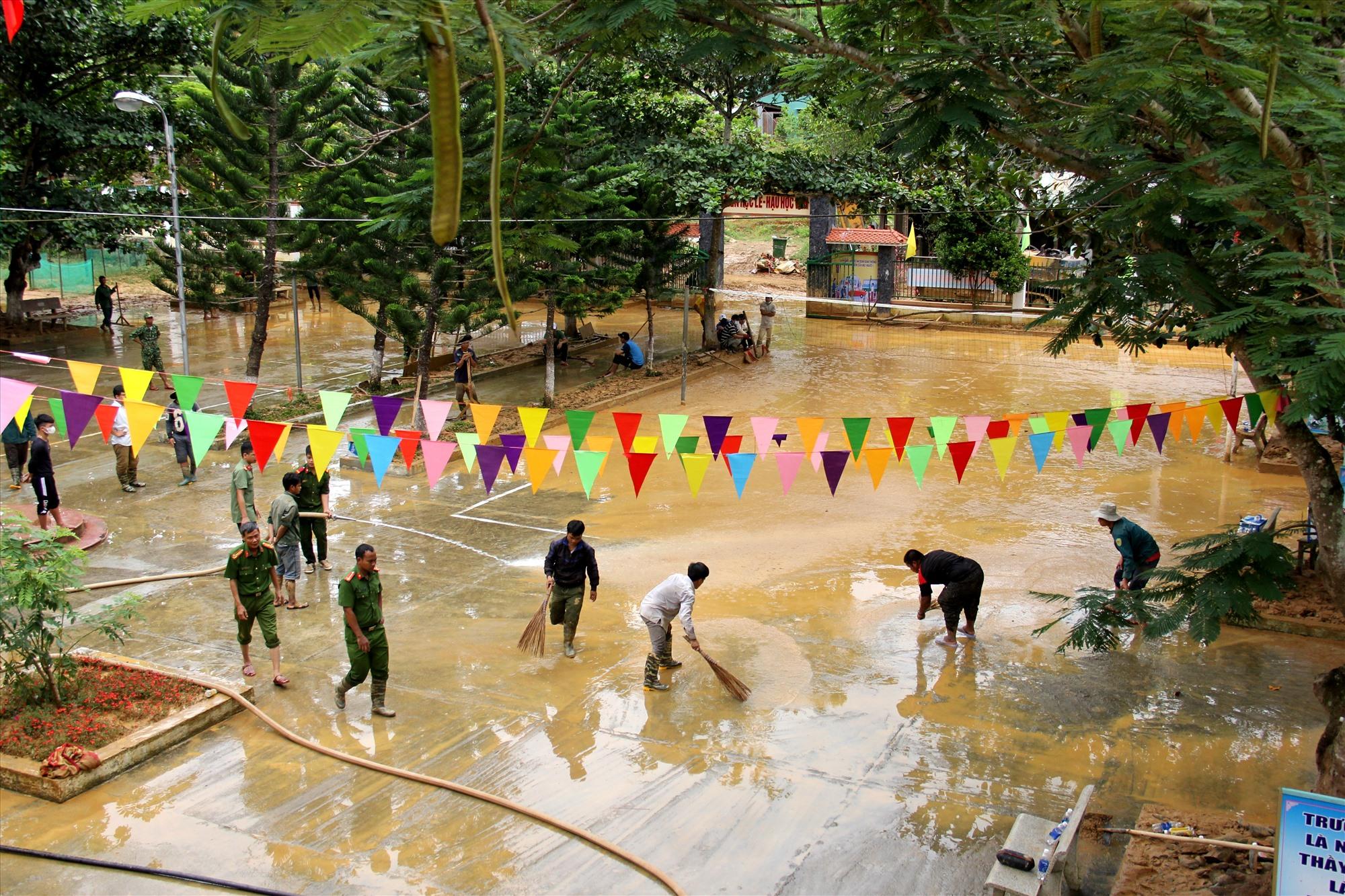 Các lực lượng công an, biên phòng và người dân Tây Giang cùng chung tay khắc phục hậu quả lũ lụt. Ảnh: A.N