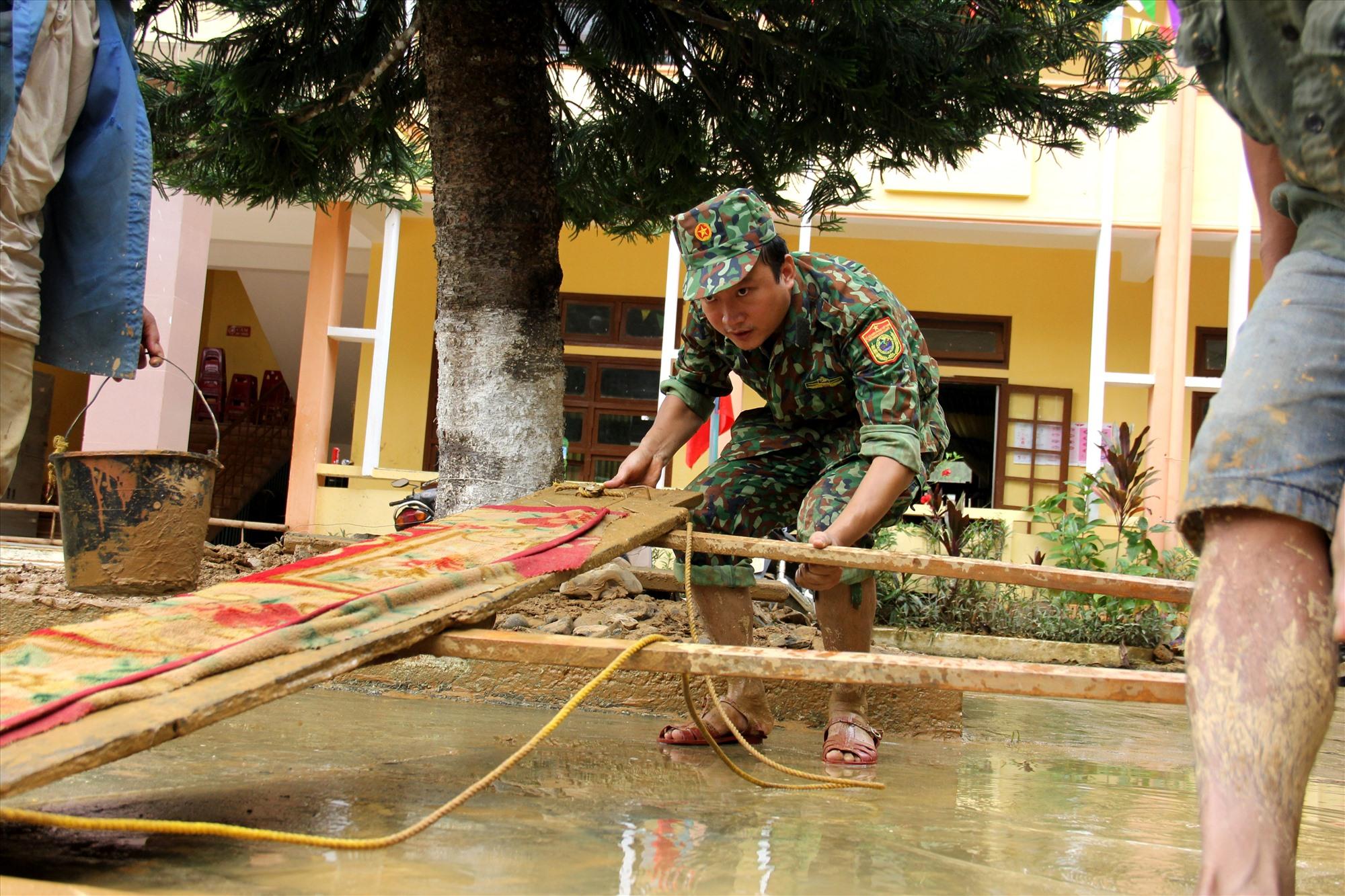 """Để việc dọn dẹp được hiệu quả, các chiến sĩ đã """"sáng chế"""" ra nhiều dụng cụ hữu ích. Ảnh: A.N"""