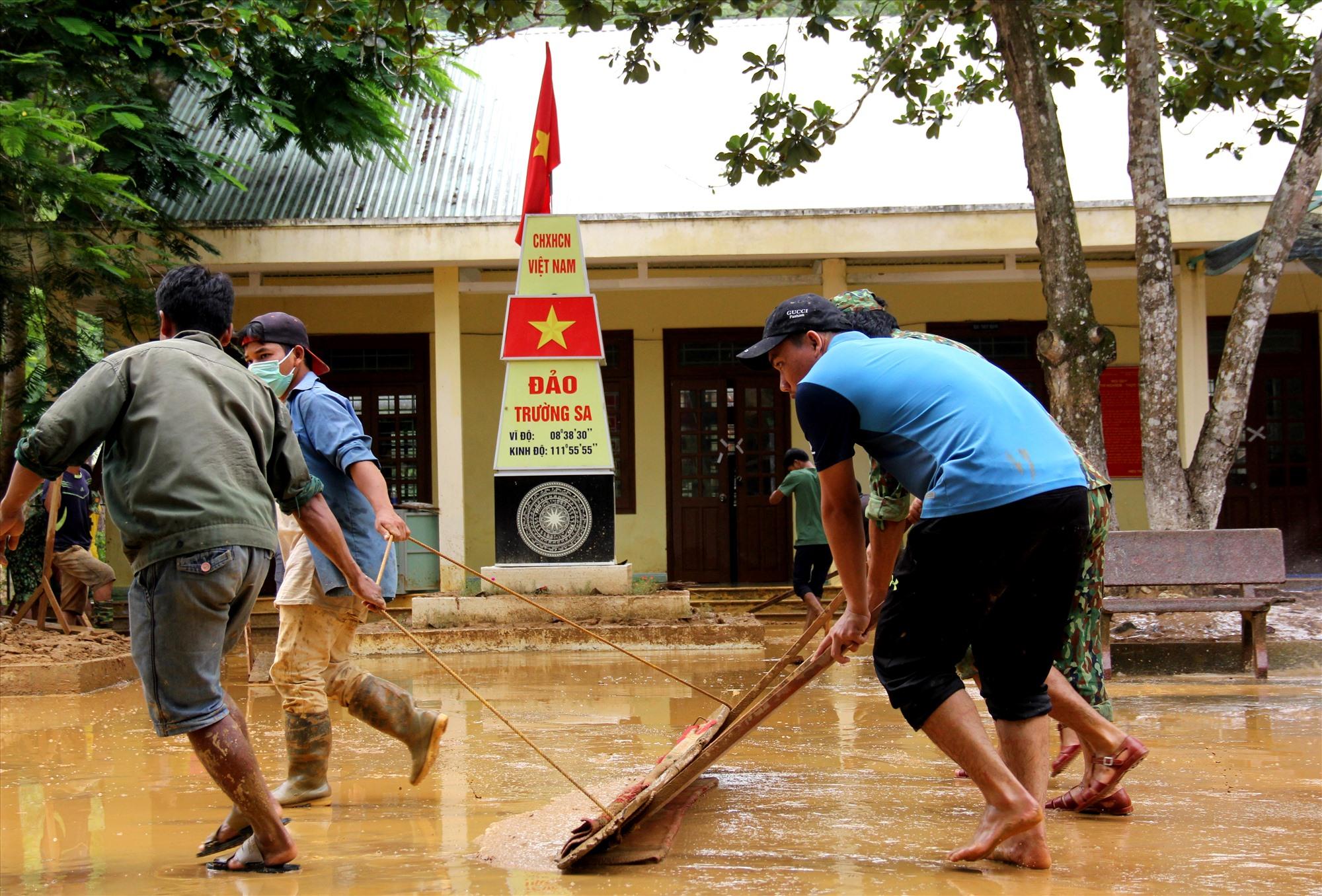 Ngoài công an, biên phòng, lực lượng tham gia khắc phục mưa lũ còn có các nhóm thanh niên địa phương. Ảnh: A.N