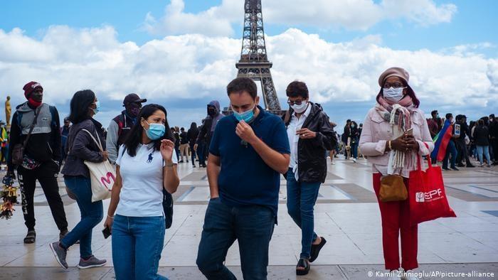 Du khách tại Paris, Pháp. Ảnh: AP