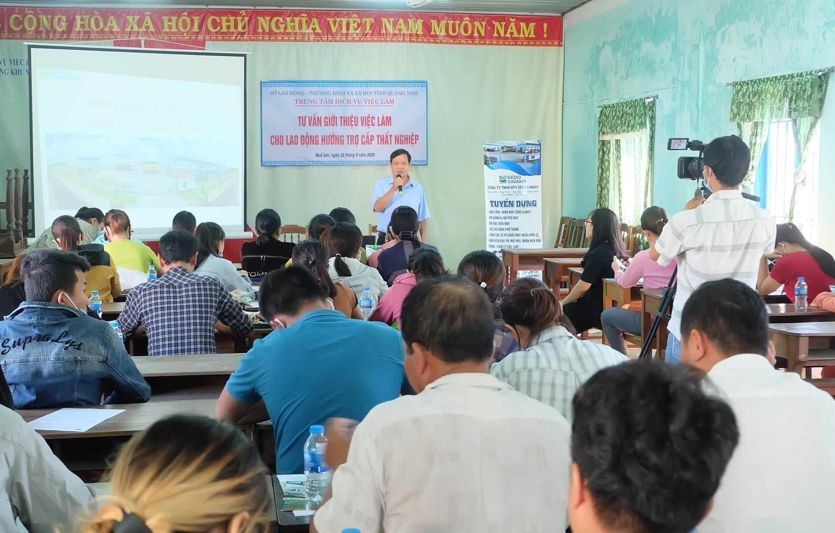 Người lao động tham gia buổi tư vấn việc làm tại Văn phòng Trung tâm Dịch vụ việc làm Quảng Nam ở Quế Sơn. Ảnh: M.L