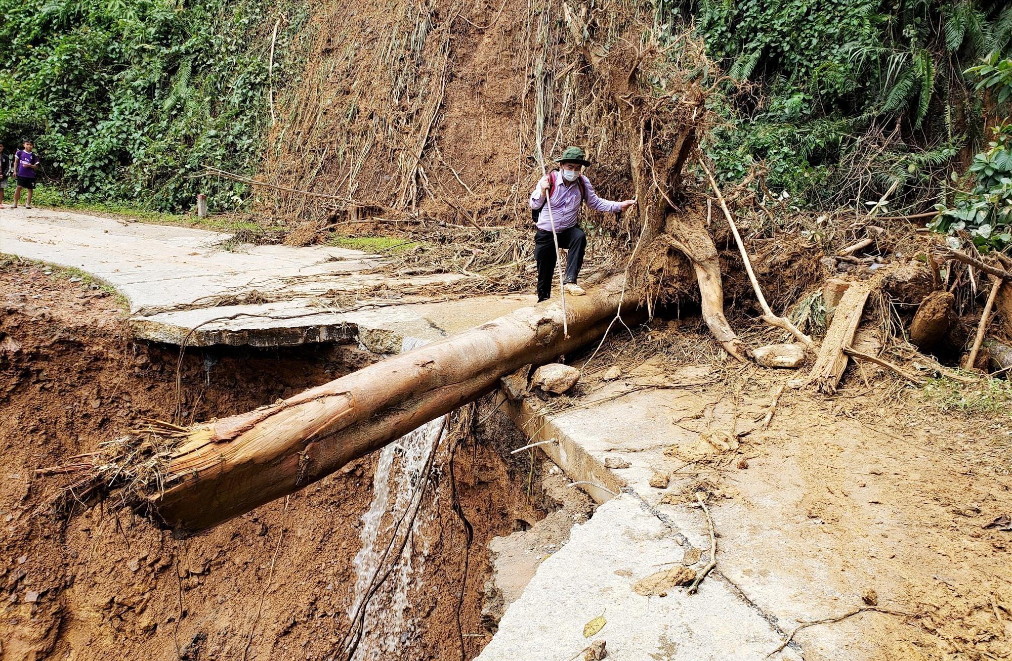 Một điểm sạt lở taluy âm khiếng xe ô tô không thể lưu thông từ trung tâm huyện Tây Giang lên xã A Xan. Ảnh: THANH THẮNG