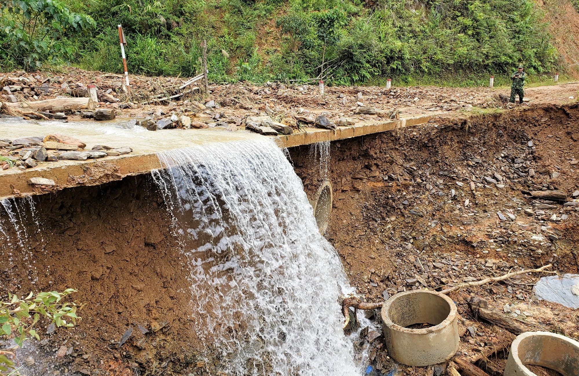 Sau mưa bão, lượng nước từ các cánh rừng vẫn chảy ra đường khiến giao thông hư hỏng nhiều hơn. Ảnh: THANH THẮNG