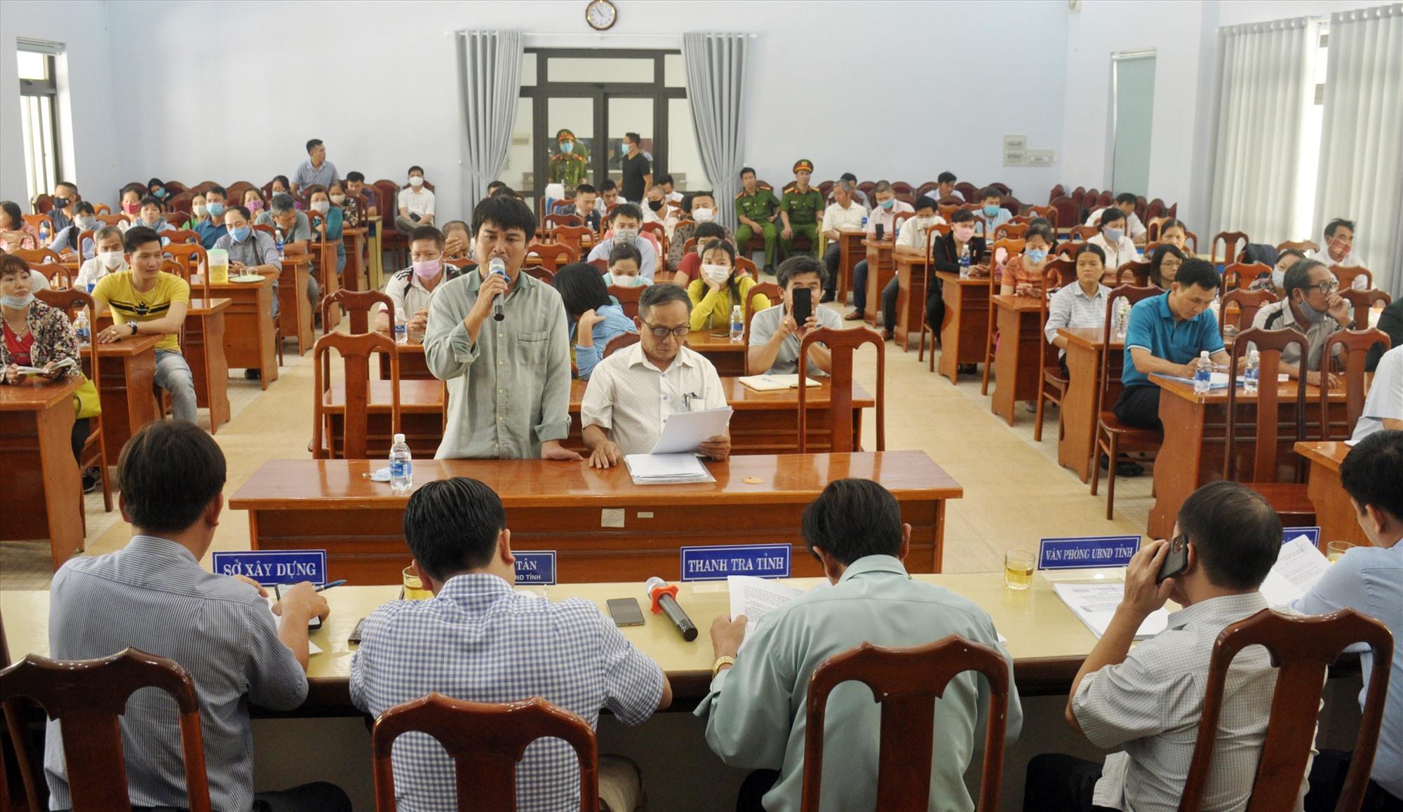 Phó Chủ tịch UBND tỉnh Trần Văn Tân chủ trì cuộc đối thoại với các hộ dân mua đất nền của Công ty CP Bách Đạt An ngày 22.9. Ảnh: N.Đ