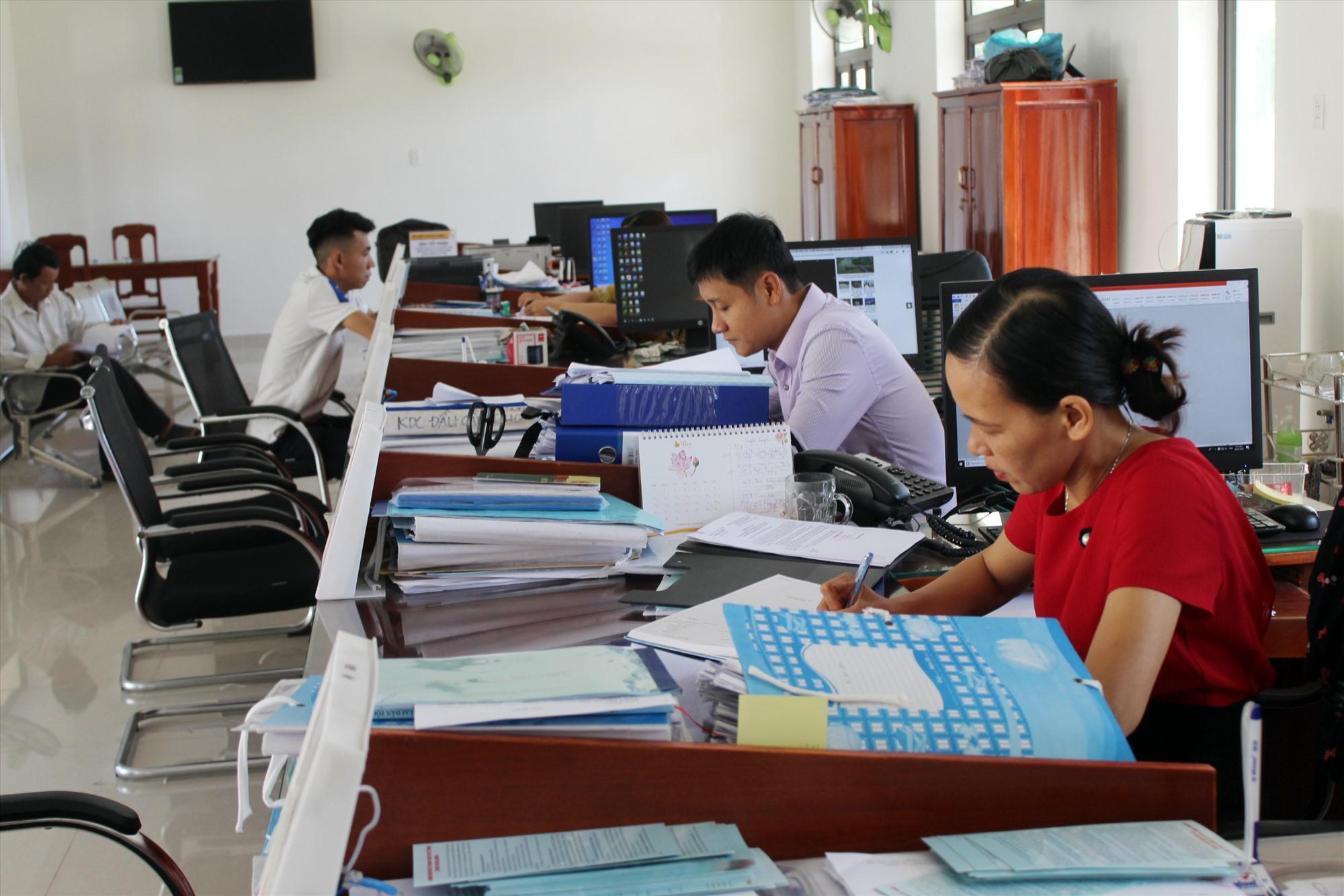 Tại Bộ phận tiếp nhận và trả kết quả UBND huyện Núi Thành. Ảnh: VĂN PHIN