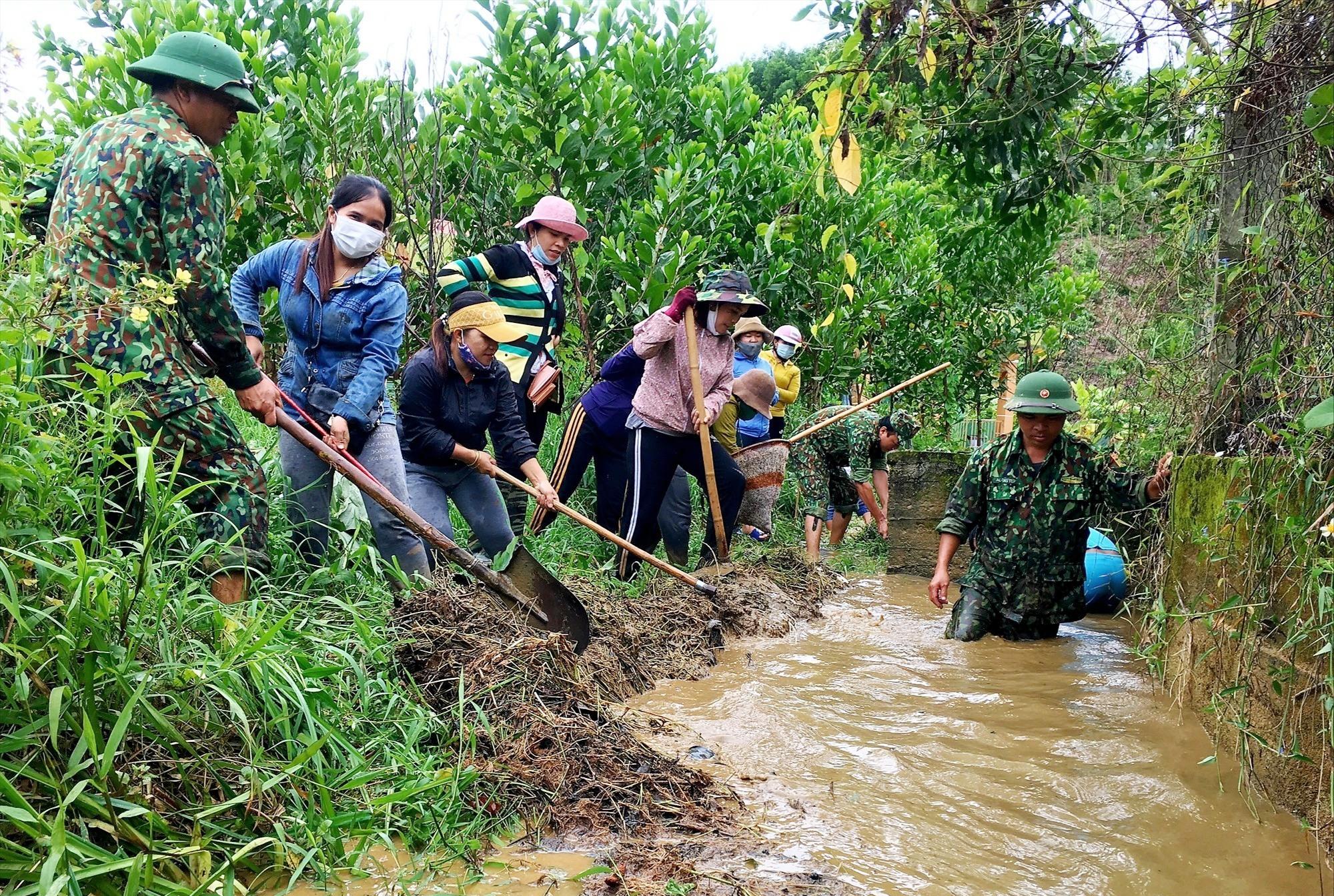 Cùng nhân dân tham gia nạo vét, khơi thông nguồn nước sinh hoạt. Ảnh: A.N