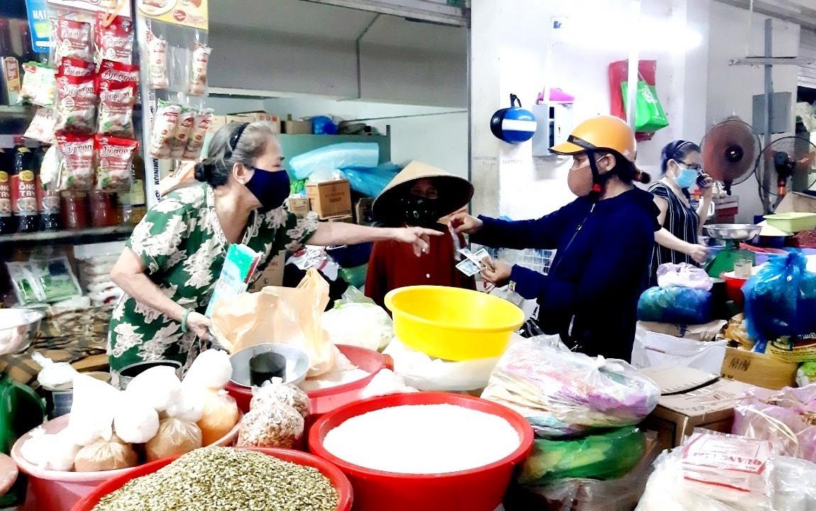 Người dân mua sắm ở chợ Tam Kỳ. Ảnh: VIỆT NGUYỄN