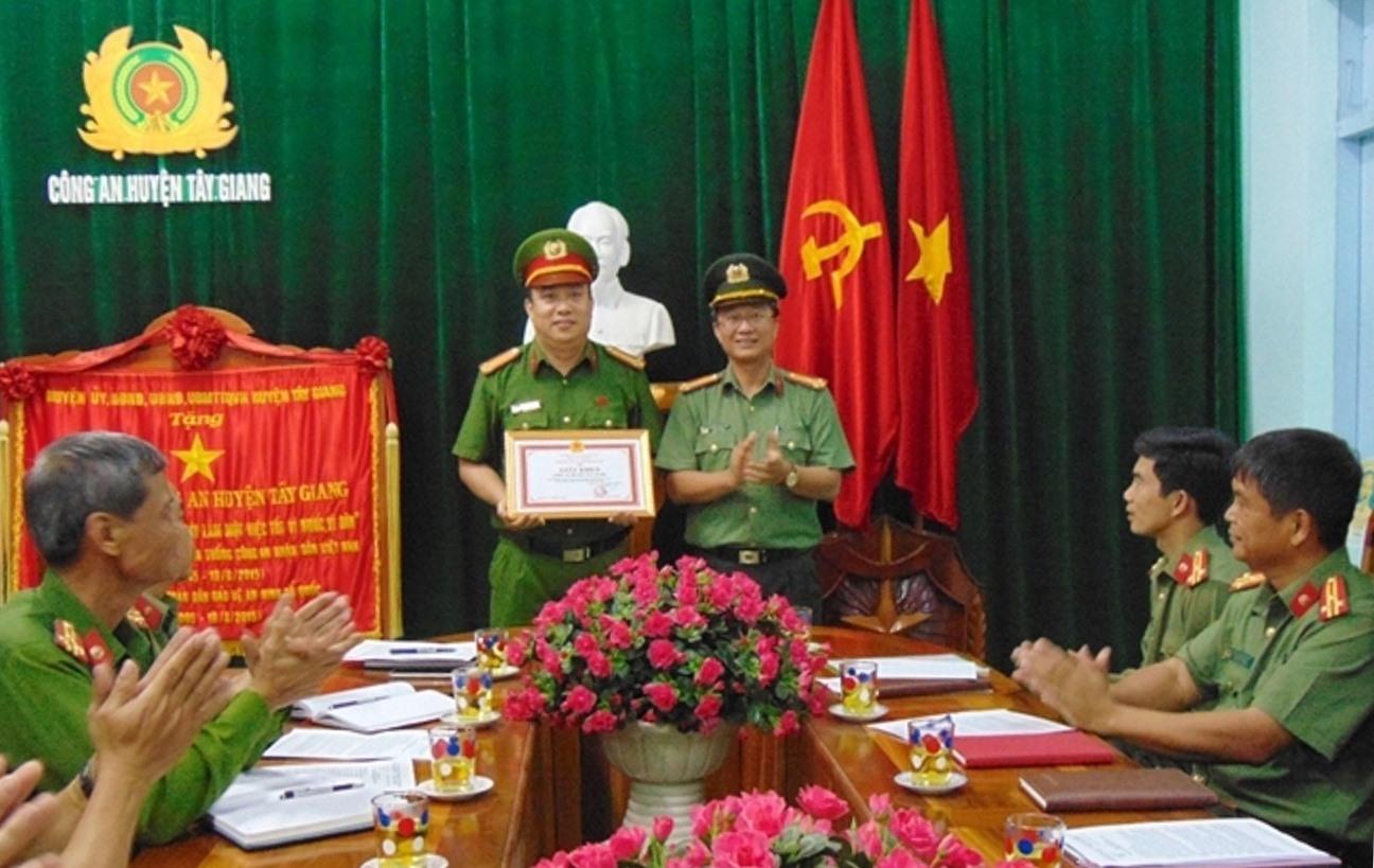 Thượng tá Nguyễn Thành Long trao giấy khen của Giám đốc Công an tỉnh cho đại diện Công an huyện Tây Giang. Ảnh: N.T