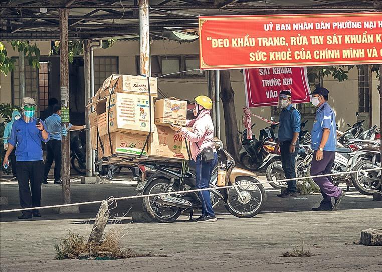 Những khu chợ ở Đà Nẵng thời sống chung với dịch. Ảnh: KIM LIÊN