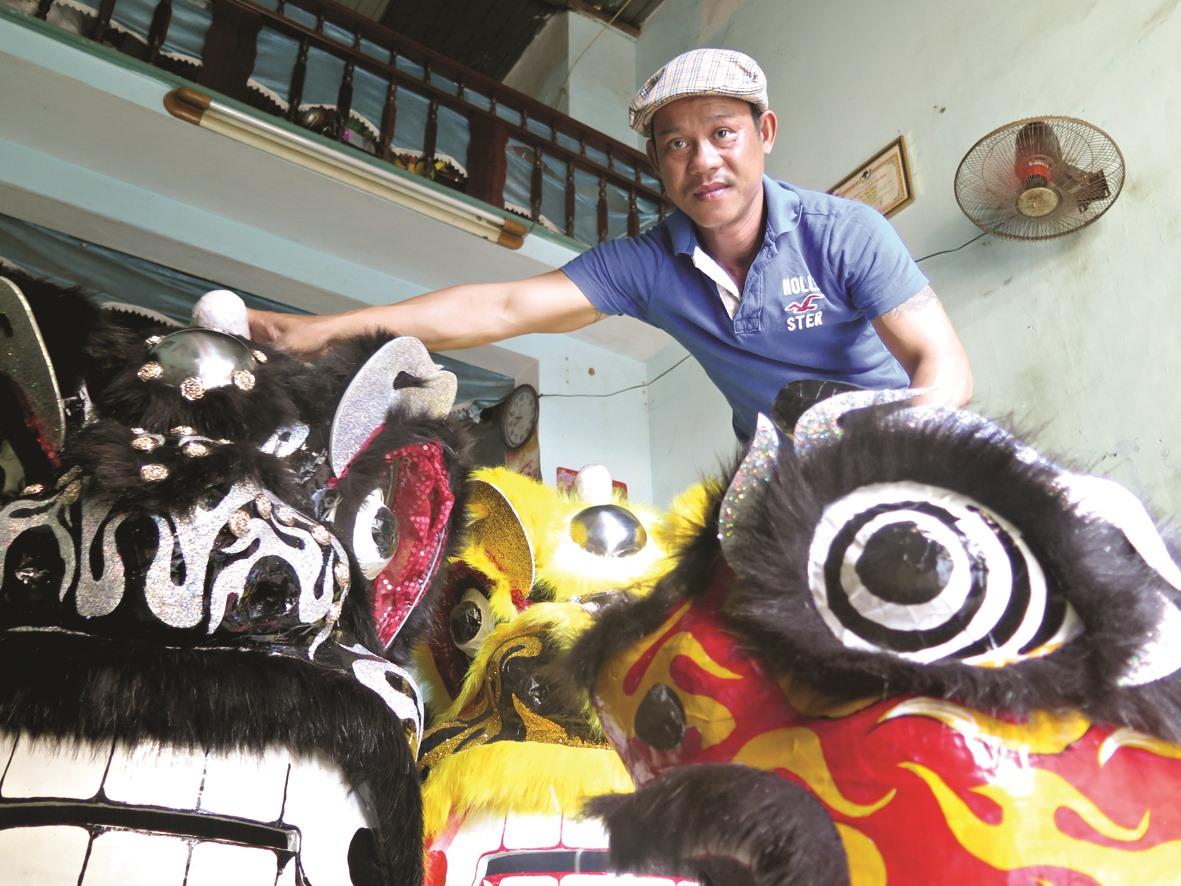 Lê Phước Lộc - hơn 20 năm làm nghề lân tại Tam Kỳ. Anh nói, truyền thống của Tam Kỳ chỉ chơi lân đúc, nghĩa là cốt lân phải được làm từ đất sét.