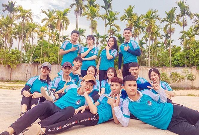 """Khoảnh khắc vui vẻ của """"Tuấn Mã"""" cùng bạn học lớp 12/2 Trường THPT Nguyên Thái Bình, huyện Thăng Bình. Ảnh Xuân Lan"""