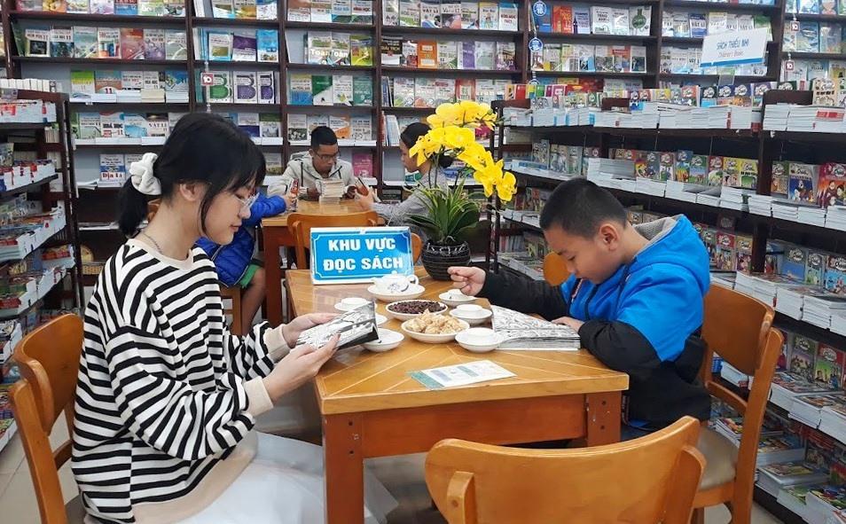 Đọc sách tại FAHASA Quảng Nam. Ảnh: C.N