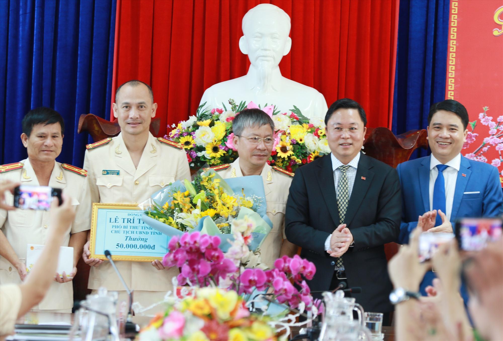 Chủ tịch UBND tỉnh Lê Trí Thanh động viên, khen thưởng lực lượng Công an tỉnh có thành tích phá án. Ảnh: N.Đ