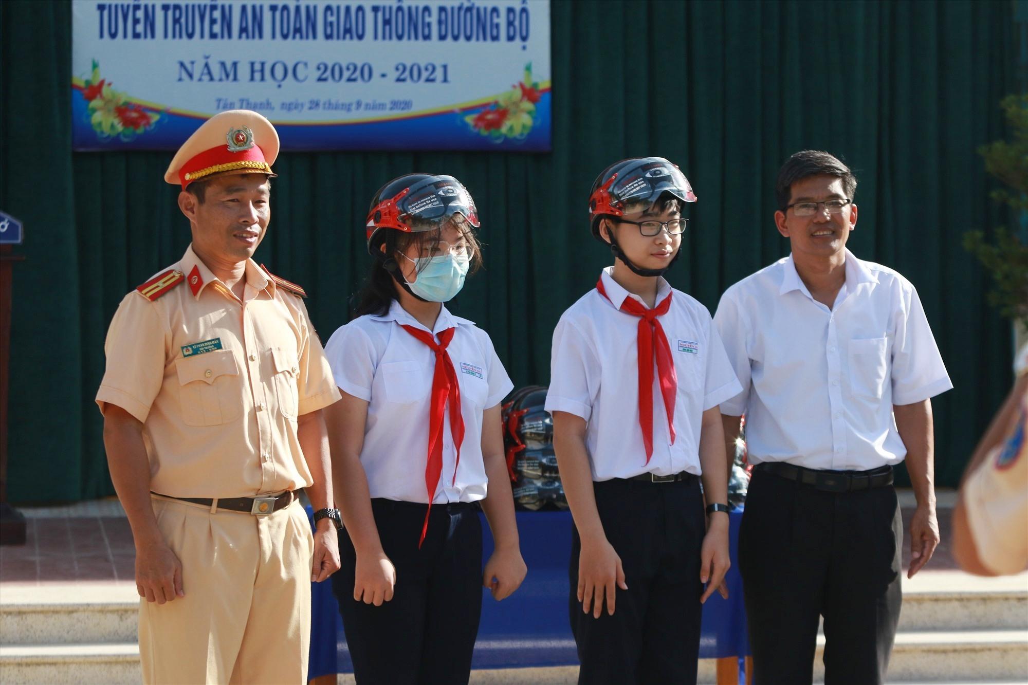 Rất nhiều mũ bảo hiểm đạt chuẩn được trao tặng cho các em học sinh sau mỗi phần tham gia giao lưu. Ảnh: T.C