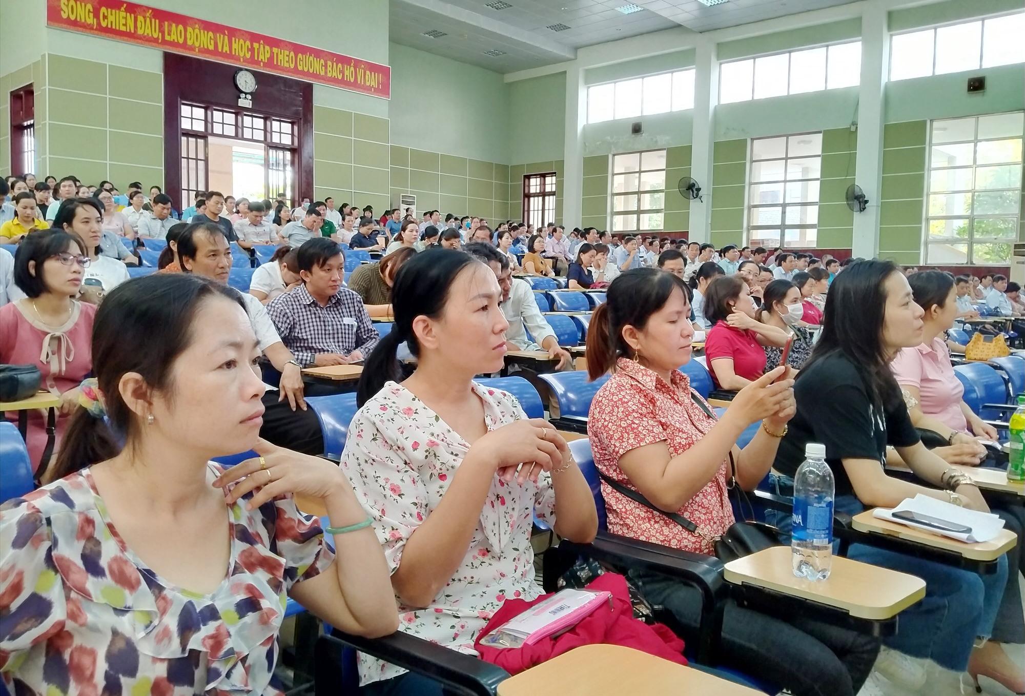 Thí sinh dự khai mạc kỳ thi, nghe phổ biến quy chế thi vào chiều 27.9. Ảnh: N.Đ