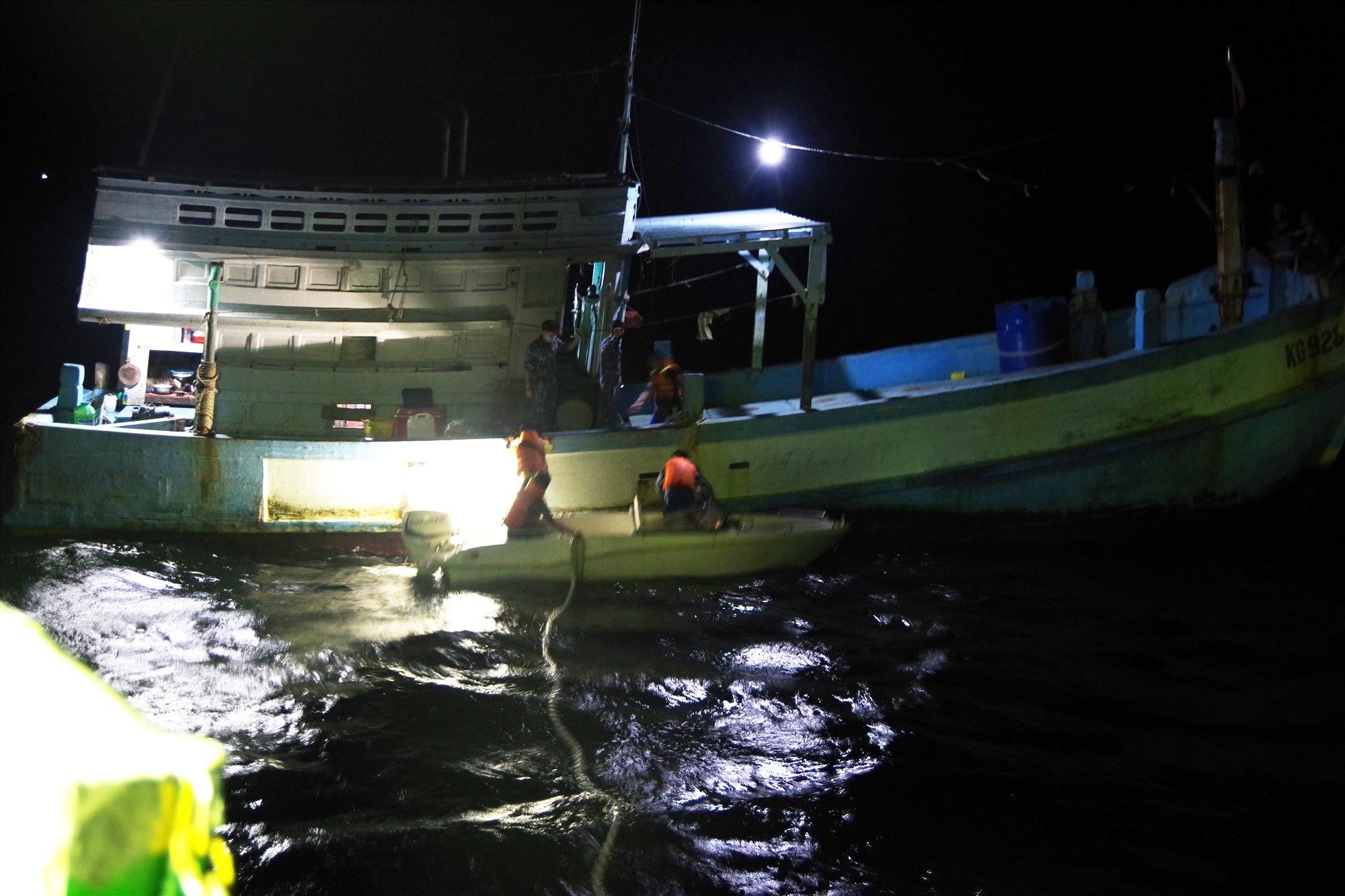 Cán bộ, chiến sĩ tàu Cảnh sát biển 6001 tiếp cận, cứu nạn tàu cá ngay trong đêm. Ảnh: NAM TRUNG