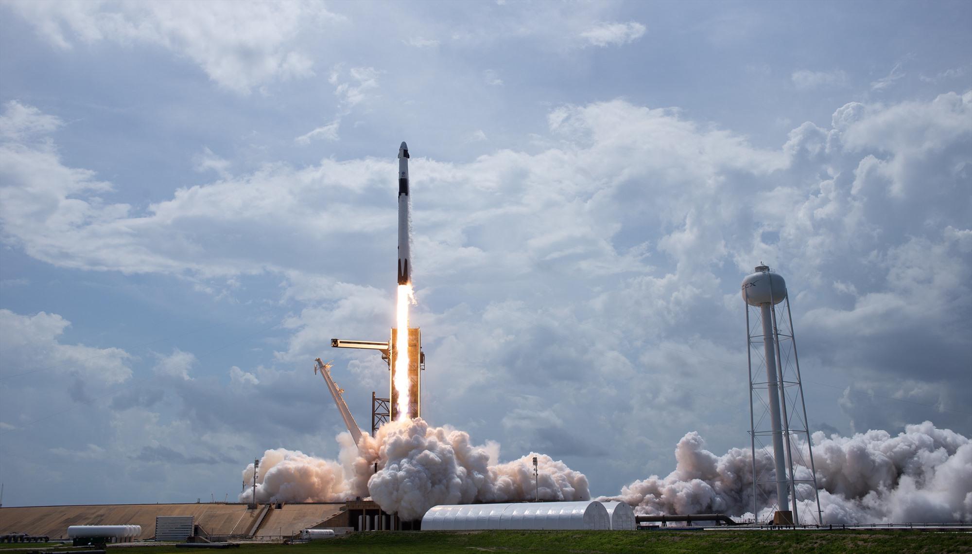 SpaceX đưa thành công hai phi hành gia lên ISS bằng tên lửa Falcon 9 và tàu vũ trụ Crew Dragon 2. Ảnh: NASA