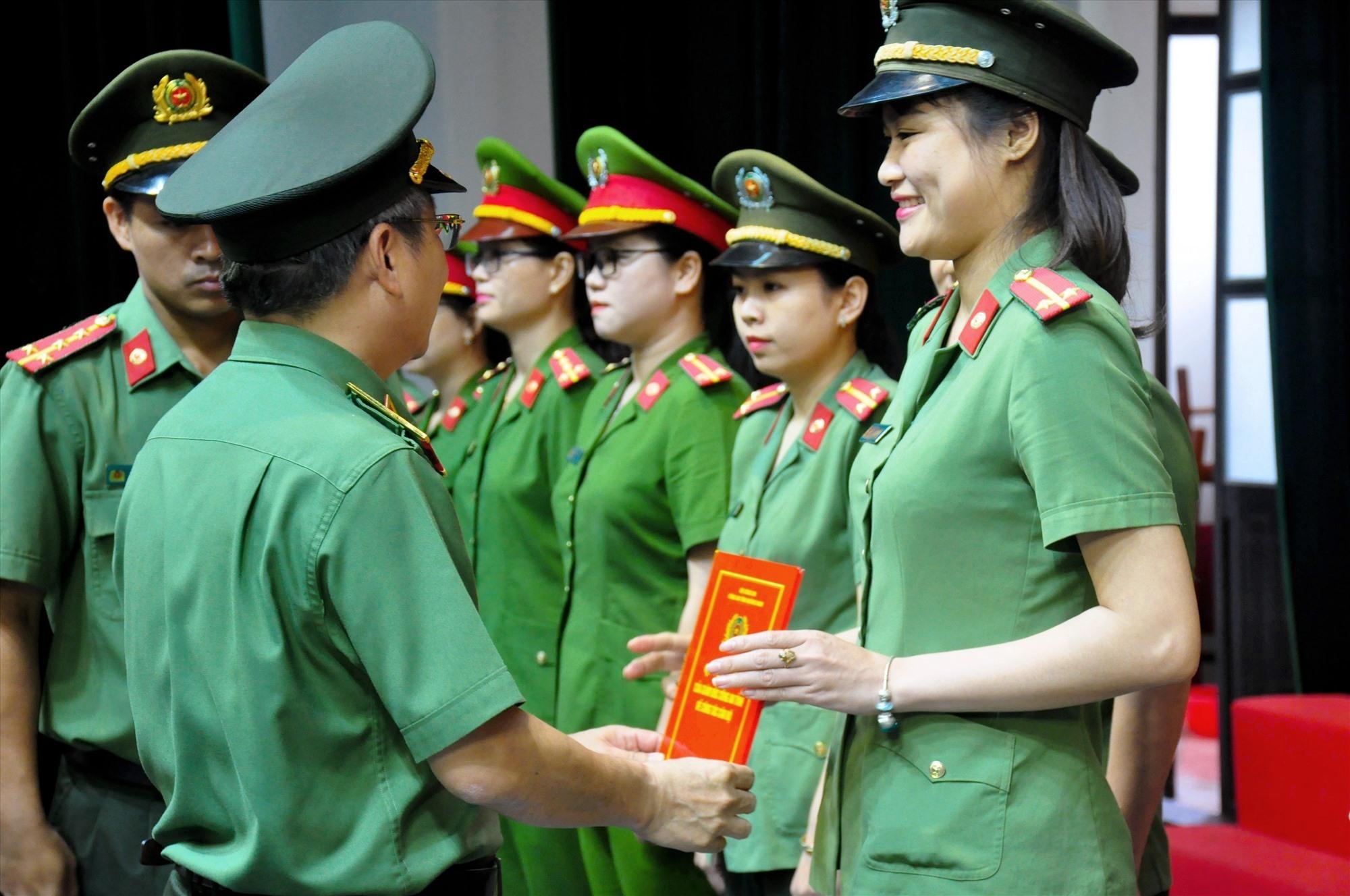 Thiếu tướng Nguyễn Đức Dũng trao quyết định cho các cán bộ được điều động. Ảnh: T.C
