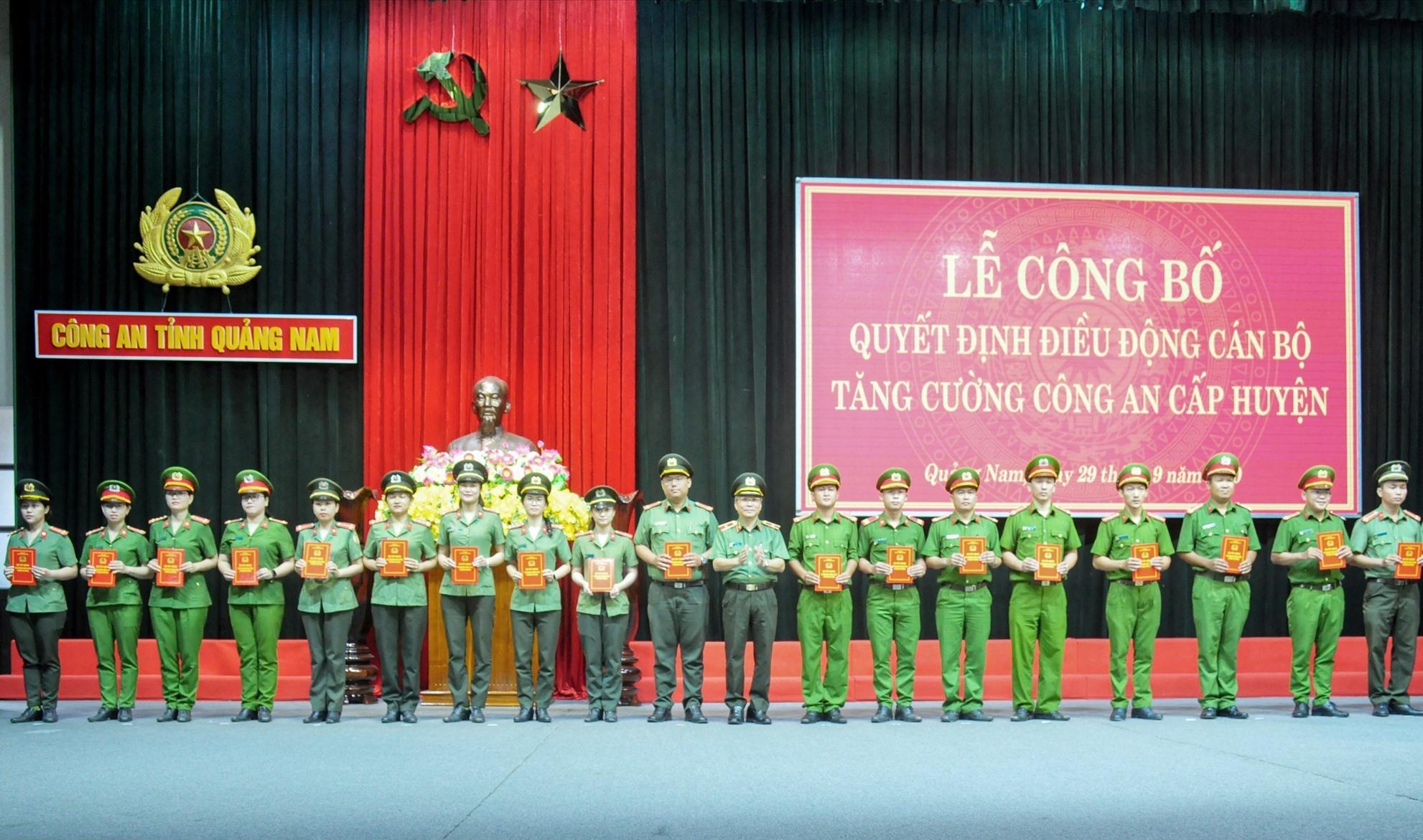 Các cán bộ công an tỉnh được tăng cường về 13 huyện nhằm tạo nguồn bố trí công an xã chính quy. Ảnh: T.C