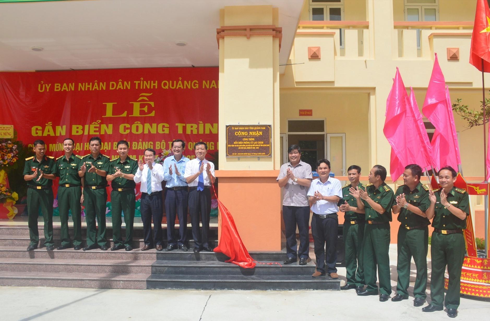 Lãnh đạo tỉnh thực hiện nghi thức công nhận công trình thi đua chào mừng Đại hội Đảng bộ tỉnh lần thứ XXII. Ảnh: Q.T