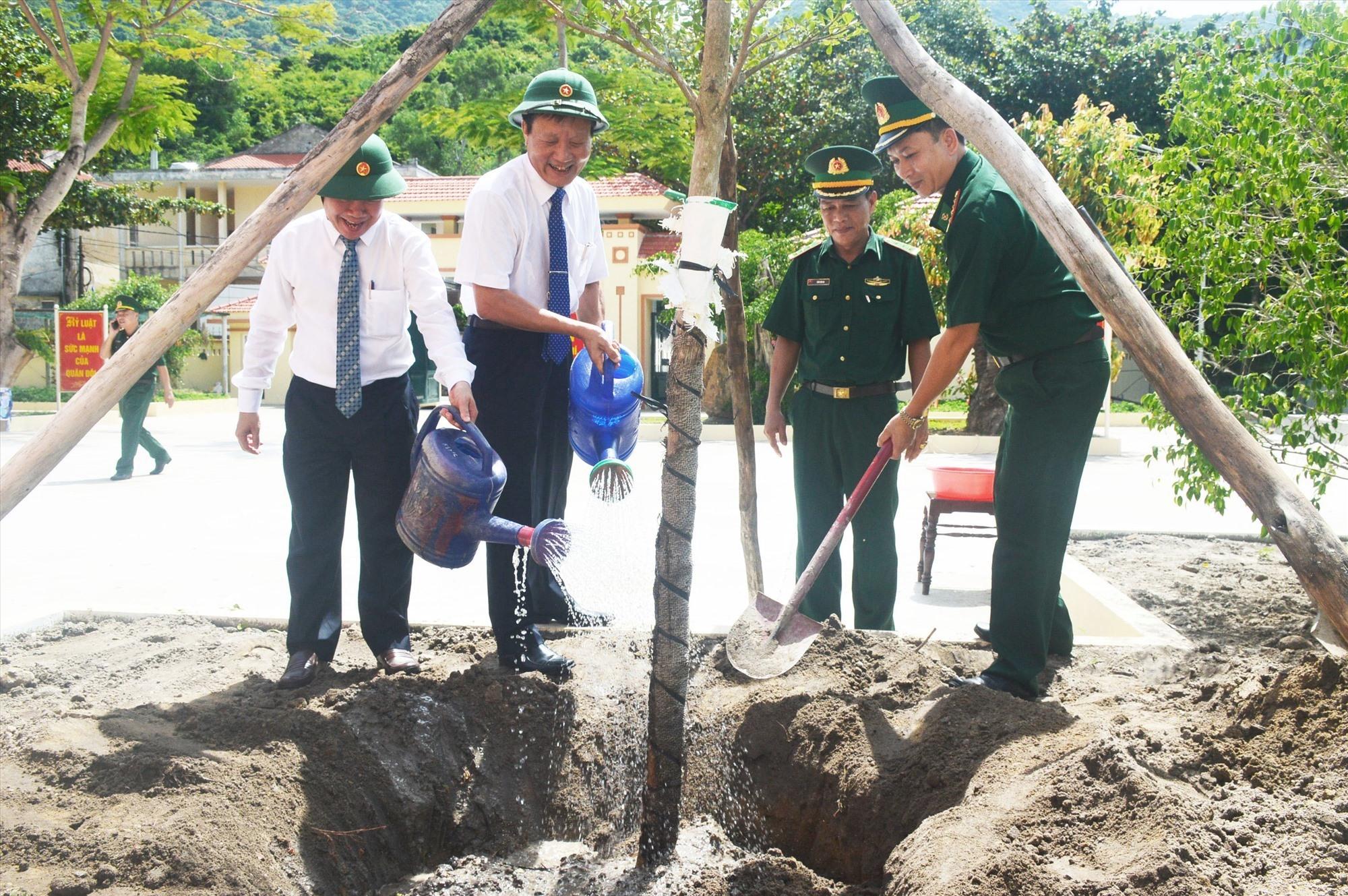 Đại biểu trồng cây lưu niệm trong khuôn viên công trình. Ảnh: Q.T