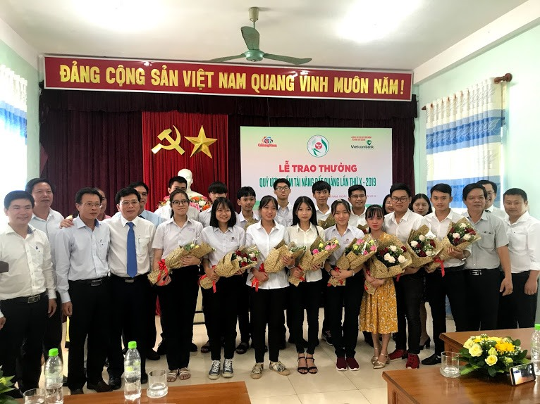 Học sinh, sinh viên, vận động viên nhận thưởng Quỹ ươm mầm tài năng đất Quảng năm 2019 chụp ảnh lưu niệm với Ban tổ chức và nhà tài trợ. Ảnh: C.N