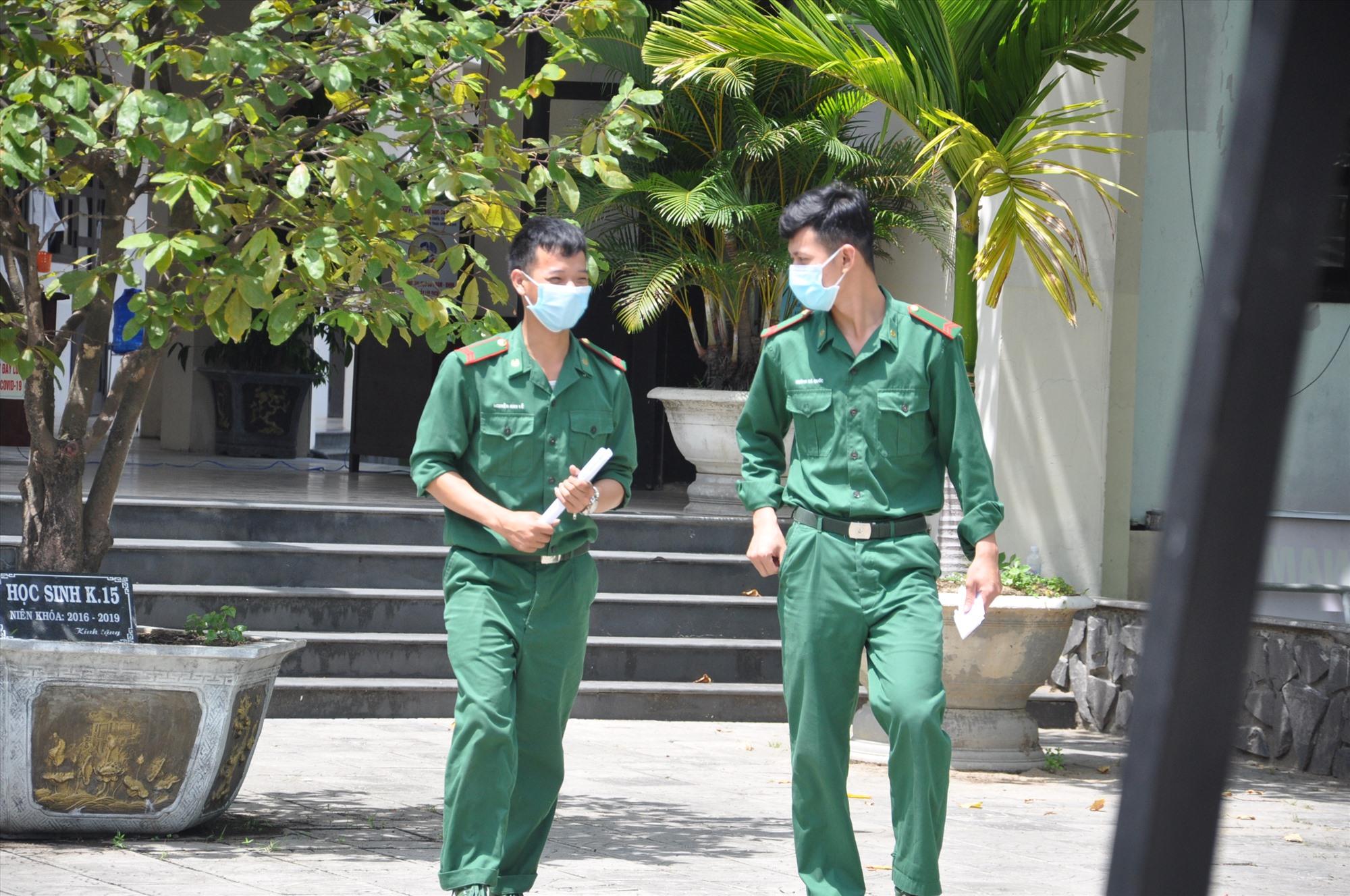 Niềm vui của các thí sinh tự do sau buổi thi tổ hợp sáng 4.9 tại điểm thi Trường THPT chuyên Nguyễn Bỉnh Khiêm. Ảnh: X.P
