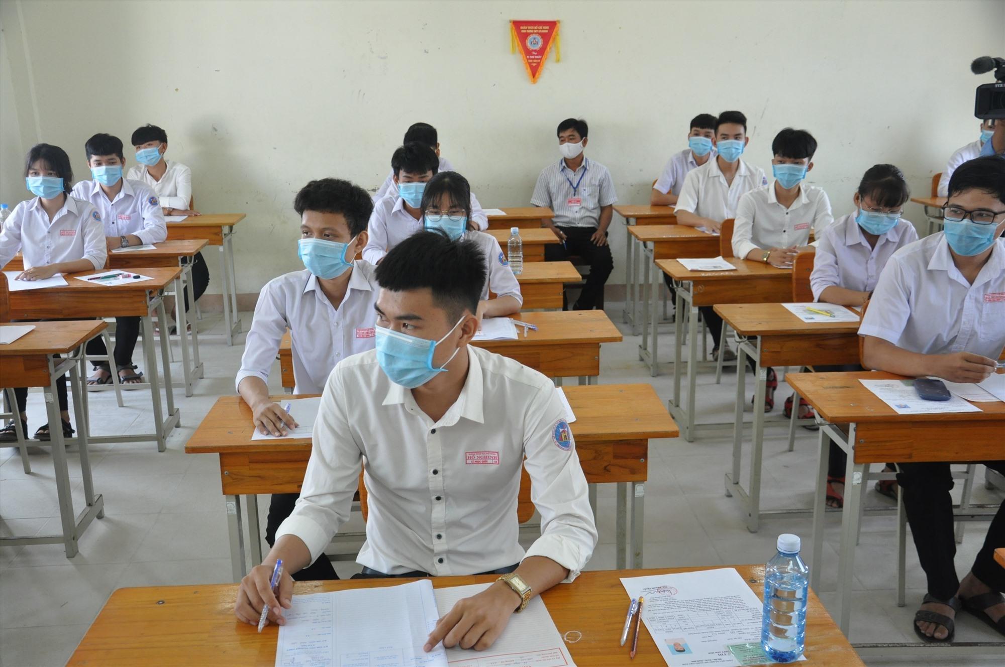 Thí sinh tại điểm thi Trường THPT Hồ Nghinh (Duy Xuyên). Ảnh: X.P