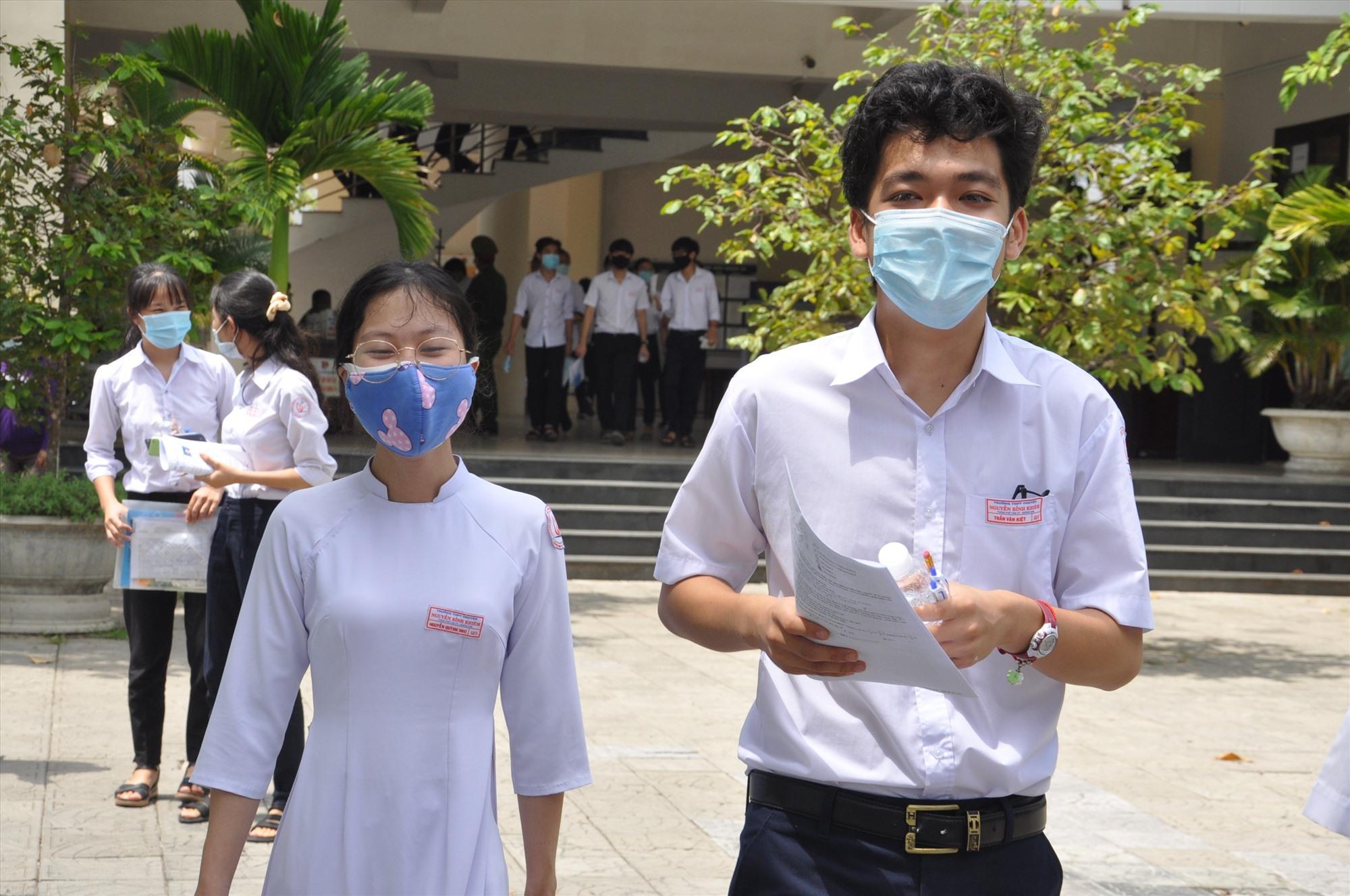 Niềm vui sau khi kết thúc kỳ thi của TS điểm thi Trường THPt chuyên Nguyễn Bỉnh Khiêm. Ảnh: X.P