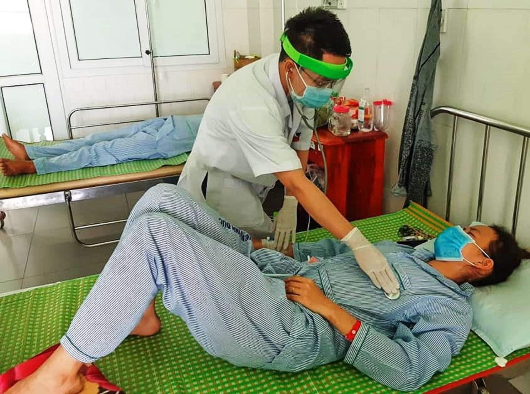 Một trong 3 bệnh nhân nghi ngộ độc sản phẩm pate Minh Chay đang được chăm sóc điều trị tại Bệnh viện Đa khoa Vĩnh Đức. Ảnh: Đ.N