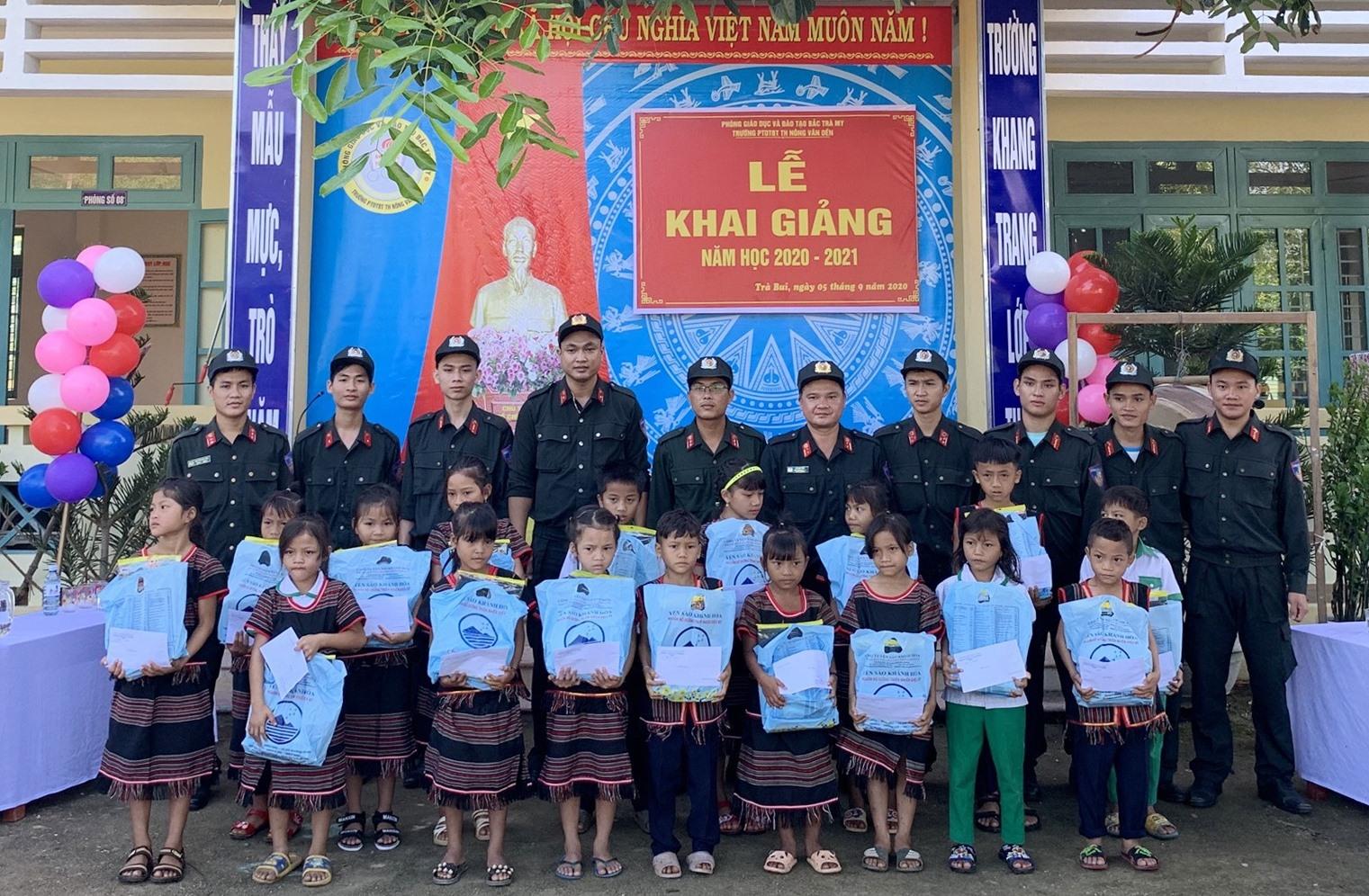 """Nhiều suất quà được trao tặng trong hoạt động """"Cùng em đến trường"""" ở xã Trà Bui, Bắc Trà My. Ảnh: Đ.V"""