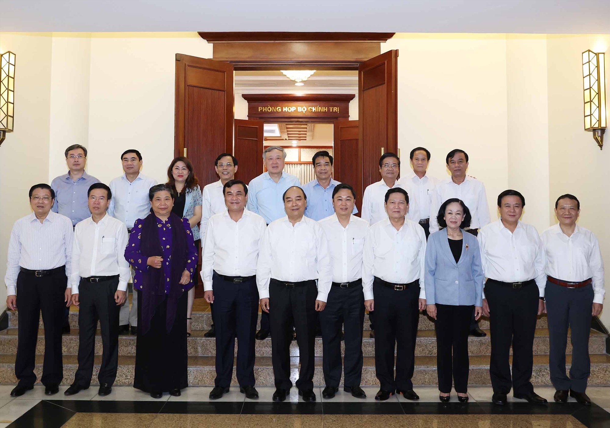 Thủ tướng Chính phủ cùng các đồng chí trong Bộ Chính trị, Ban Bí thư chụp ảnh lưu niệm với Ban Thường vụ Tỉnh ủy. Ảnh: VPTU