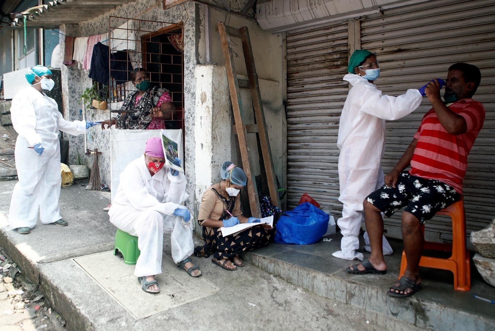 Nhân viên y tế tại Ấn Độ đến tận nhà dân để kiểm soát Covid-19. Ảnh: Reuters