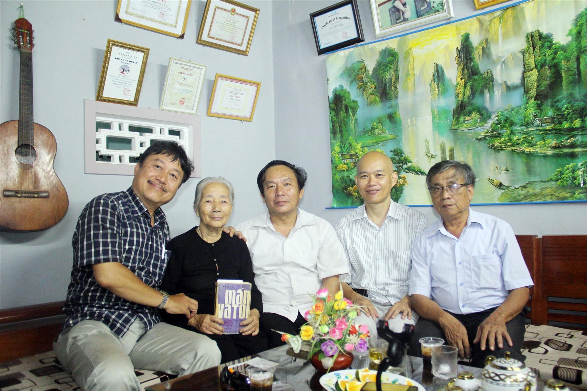 """Tác giả Phạm Thông và ông Vũ Hồng Sơn (từ bên phải) cùng bà Võ Thị Phận trong ngày gặp lại sau khi được """"minh oan"""".Ảnh: V.H.S"""