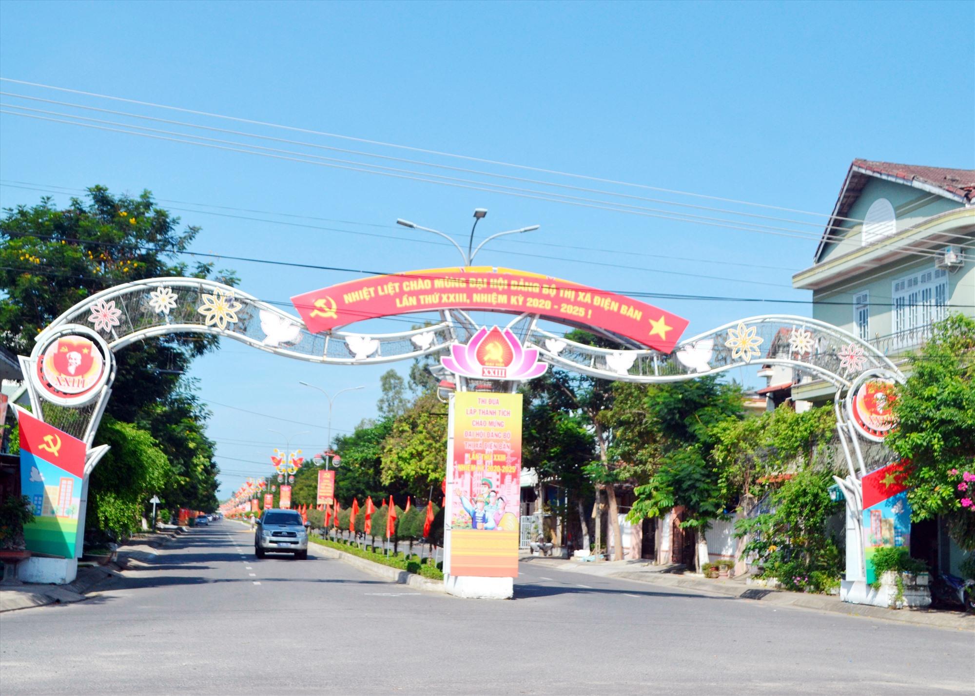 Tuyên truyền trực quan trên tuyến đường qua trung tâm hành chính Điện Bàn. Ảnh: CÔNG TÚ