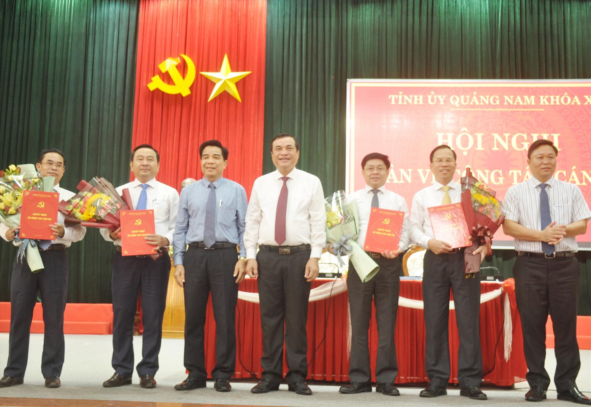Lãnh đạo tỉnh trao quyết định chuẩn y của Ban Bí thư về công tác cán bộ của tỉnh. Ảnh: N.Đ