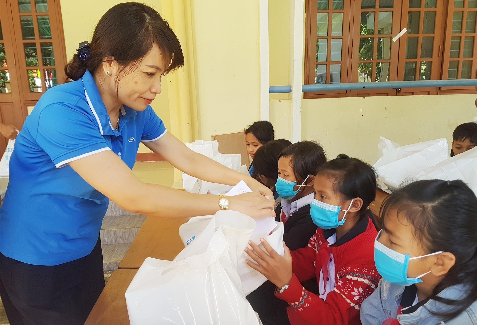 Phó Giám đốc Sở LĐ-TB&XH tỉnh Lưu Thị Bích Ngọc trao học bổng cho học sinh. Ảnh: D.L