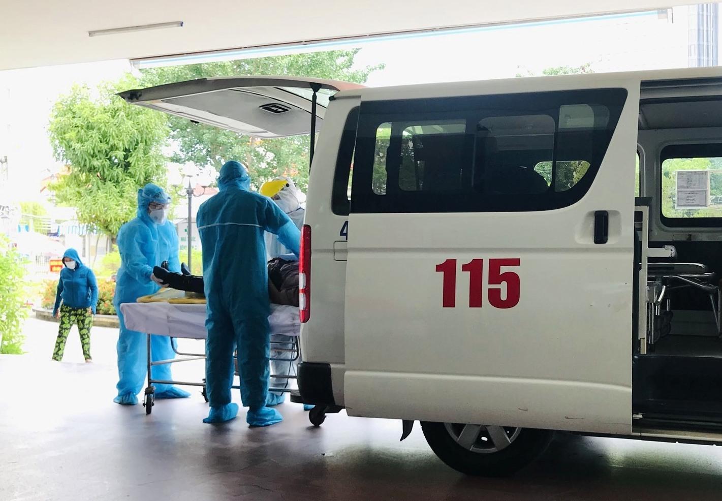 Y bác sĩ Khoa Cấp cứu Bệnh viện C Đà Nẵng vẫn đang làm việc trong môi trường căng thẳng và nguy hiểm. Ánh: MINH TẠO