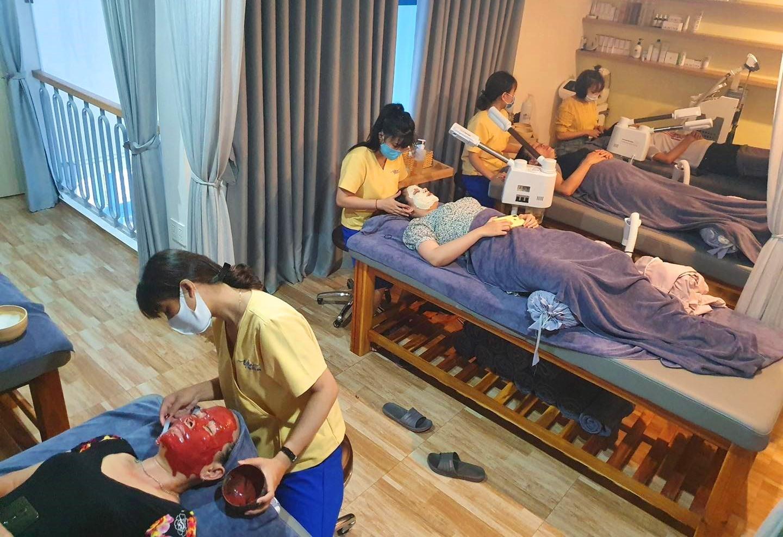 Đội ngũ nhân viên chuyên nghiệp và lành nghề chăm sóc khách hàng tại Yên Beauty & Spa của chị Hồng Trinh. Ảnh: KL