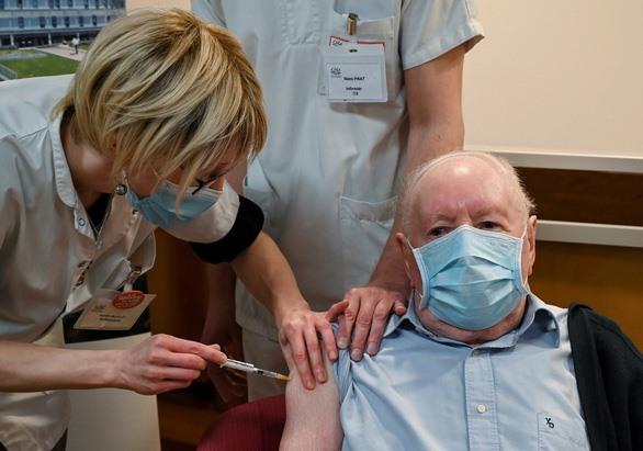 Cụ ông tên Alain, 92 tuổi, được tiêm vắc xin ngừa COVID-19 của hãng Pfizer/BioNTech khi Pháp bắt đầu tiêm vắc xin ở Dijon, Pháp hôm 27-12 - Ảnh: REUTERS