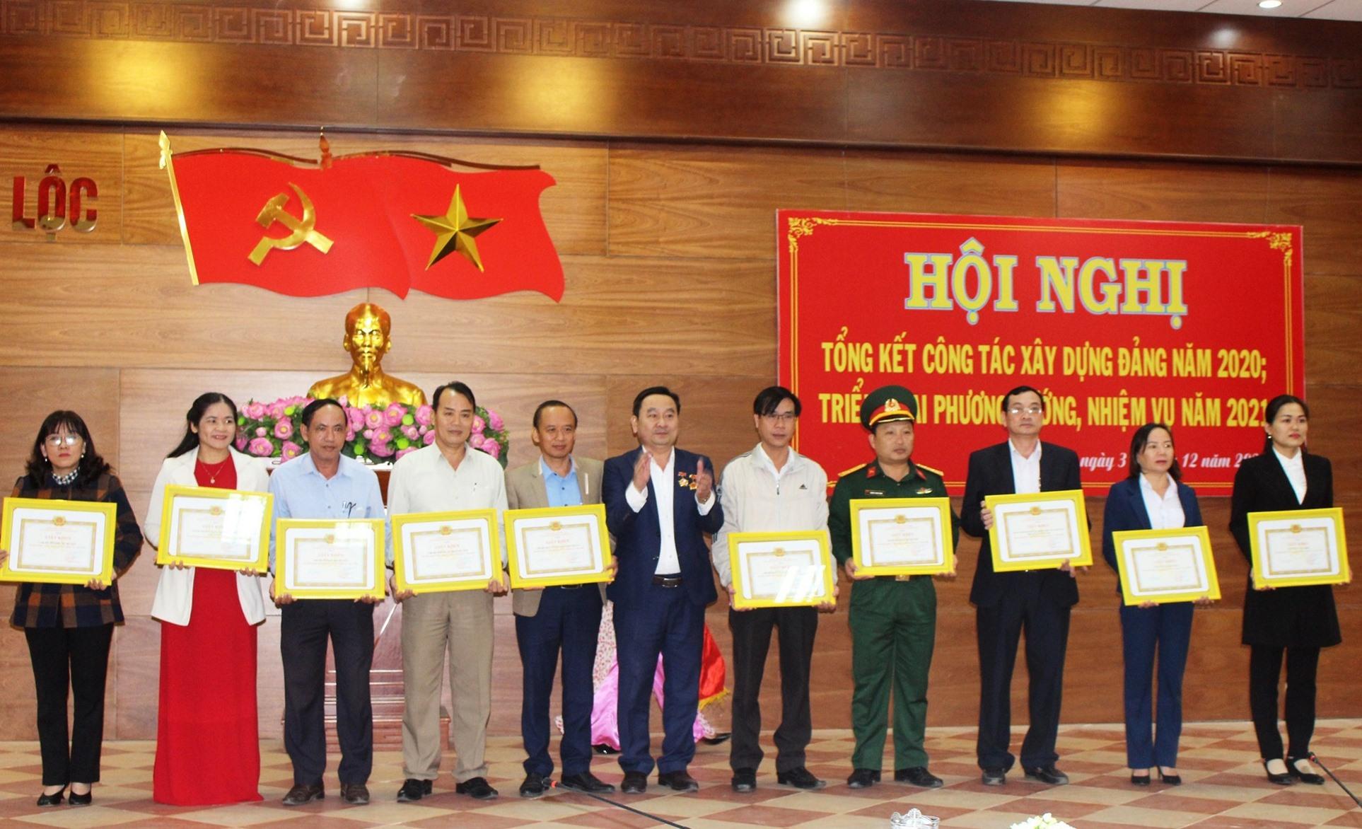 Khen thưởng tập thể Đảng và đảng viên xuất sắc trong năm 2020. Ảnh: NHAN DUY