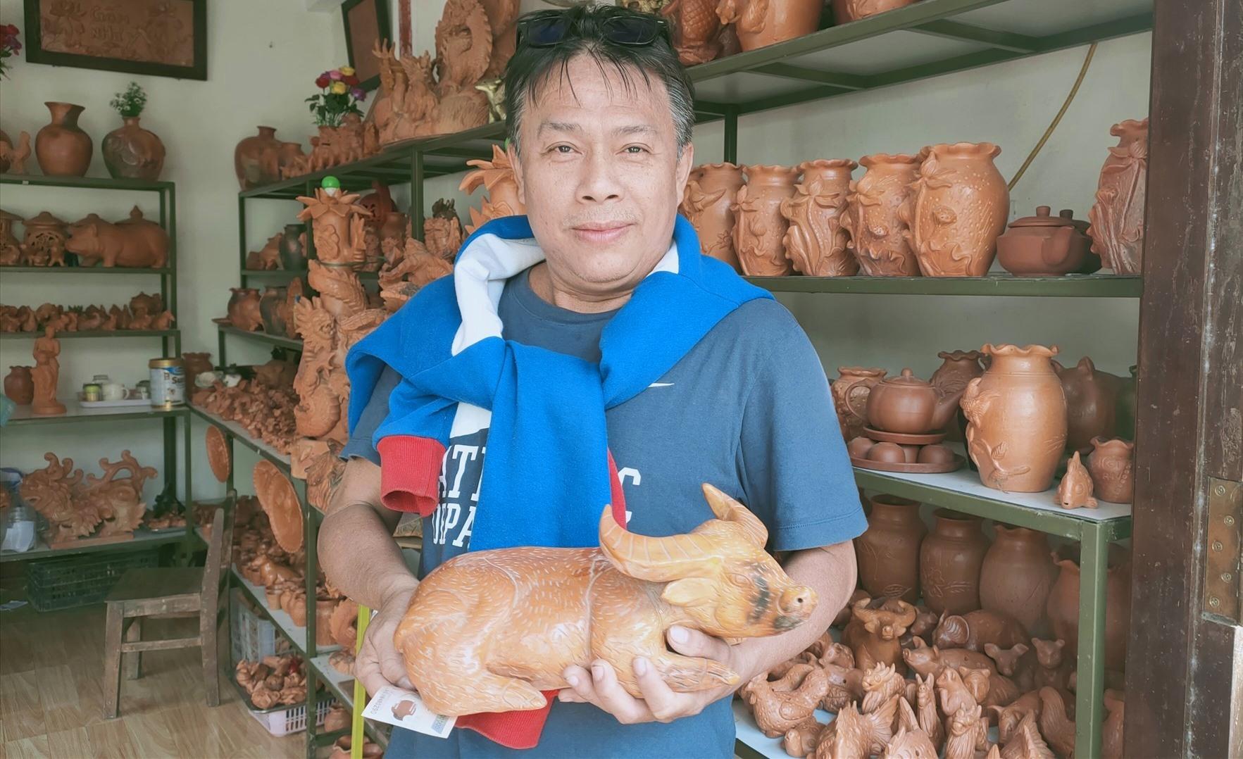 Người dân thích thu với những tượng trâu đã được nung xong.