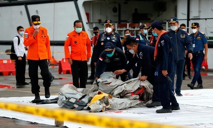 Lực lượng cứu hộ Indonesia cạnh các vật thể được cho là thuộc về máy bay của Sriwijaya Air tại Jakarta hôm nay. Ảnh: Reuters.