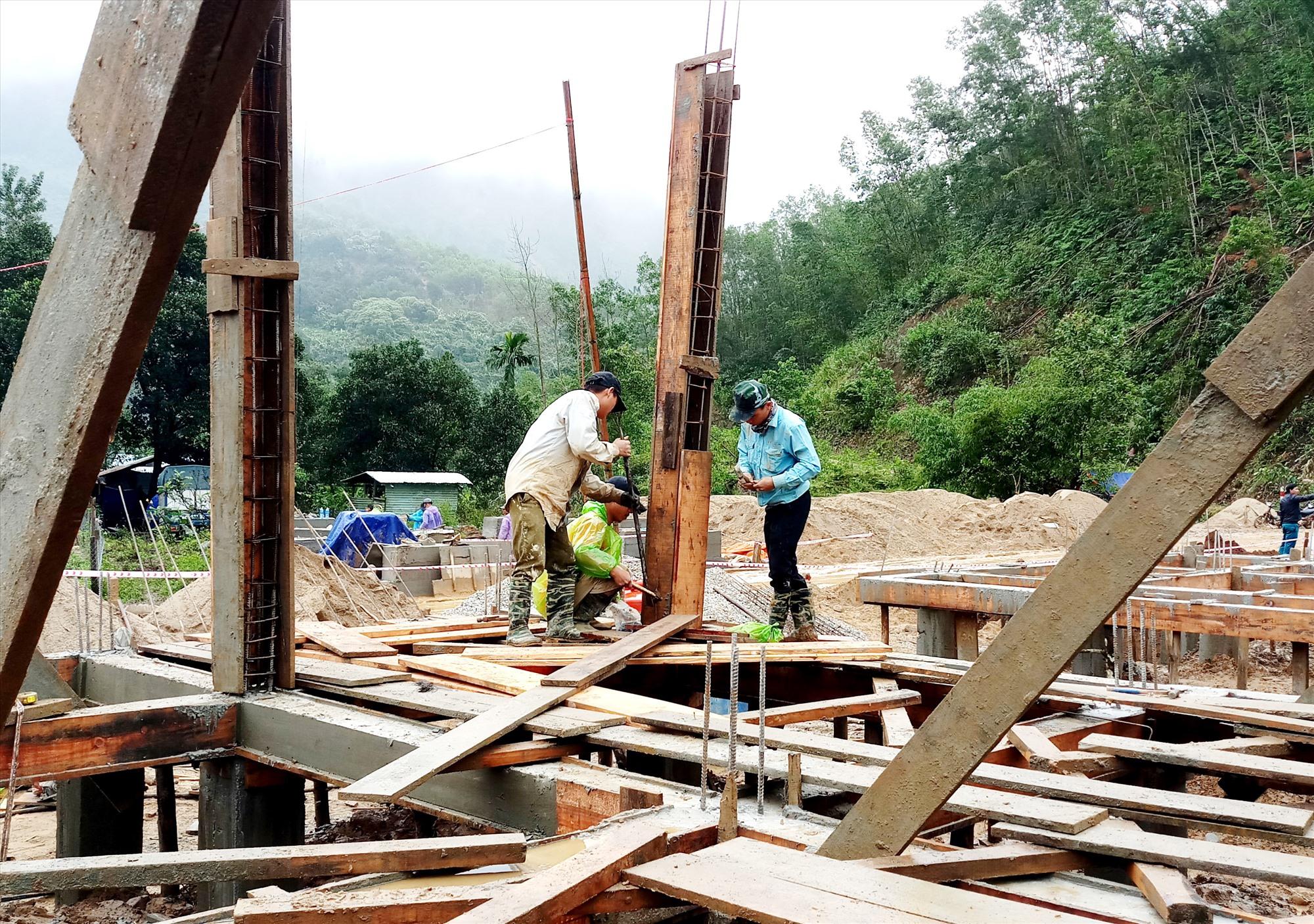 Công trường khu tái định cư Trà Leng trở nên nhộn nhịp với hoạt động xây dựng nhà ở mới cho người dân. Ảnh: ALĂNG NGƯỚC