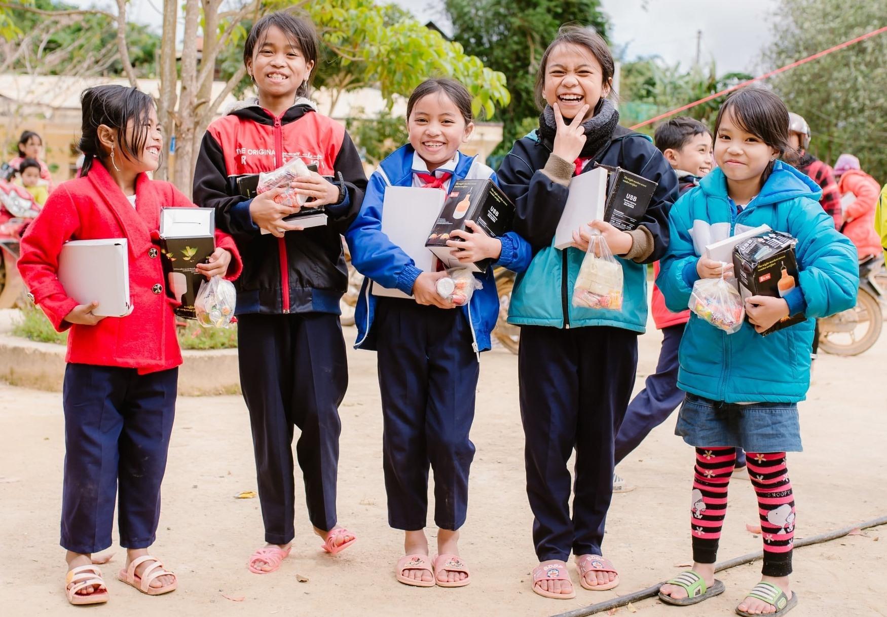 Niềm vui của các em học sinh trường PTDTBTTH A Xan khi nhận quà từ đoàn từ thiện