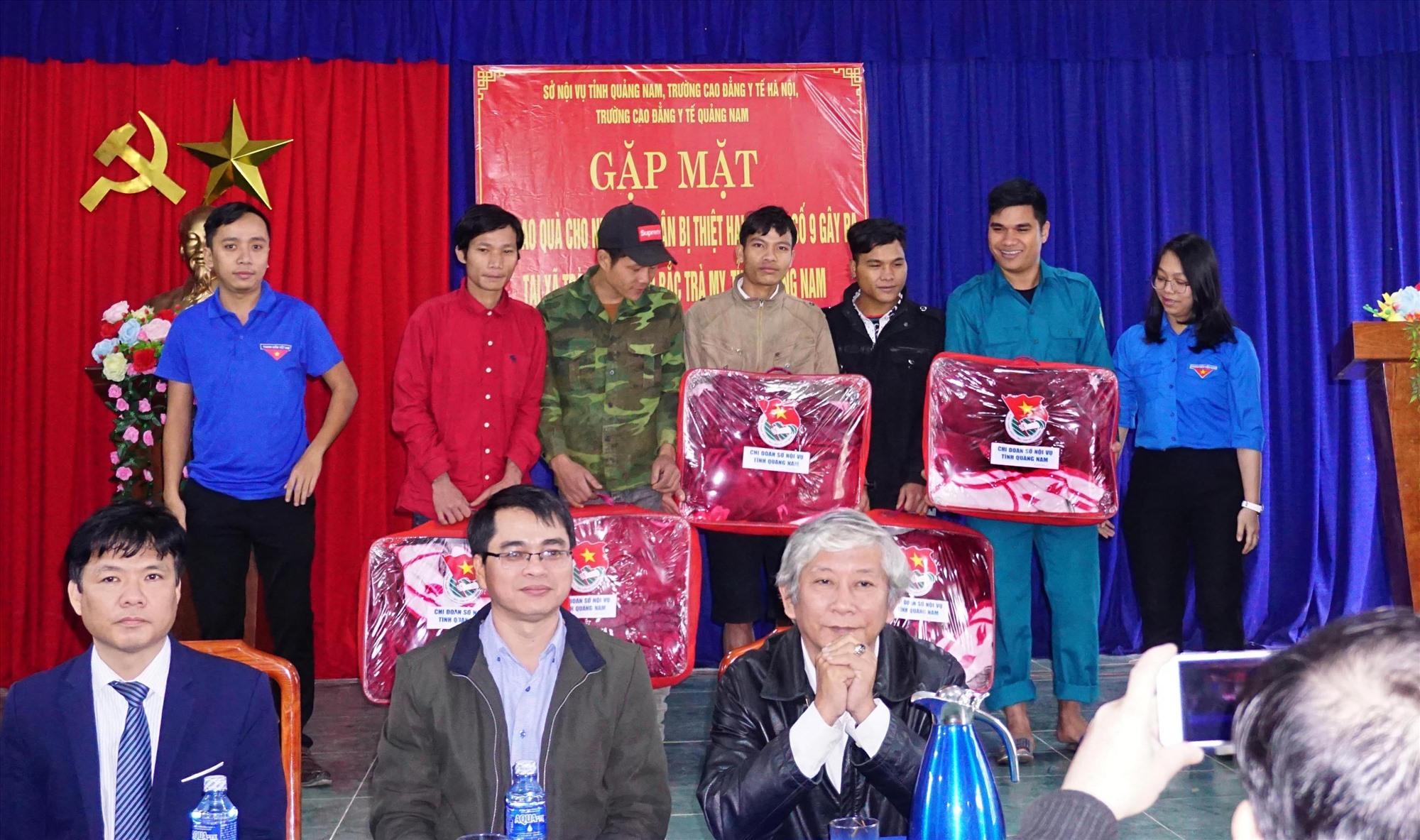 Chi đoàn Thanh niên Sở Nội vụ trao tặng quà cho các hộ gia đình thanh niên có hoàn cảnh khó khăn.