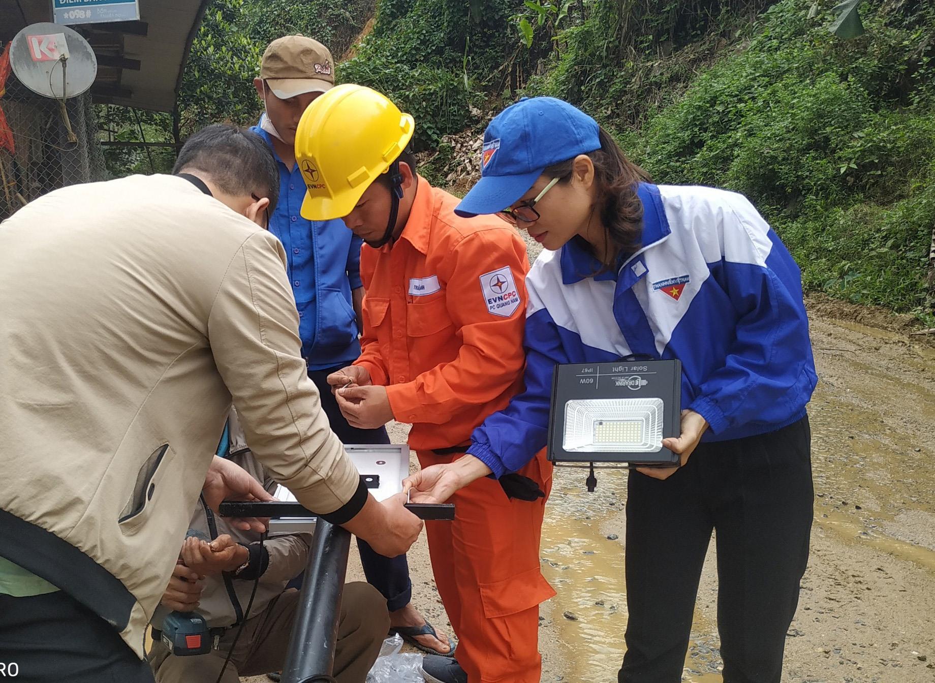 Đoàn tình nguyện lắp đặt bóng điện năng lượng mặt trời tại Nam Trà My. Ảnh: V.KỲ