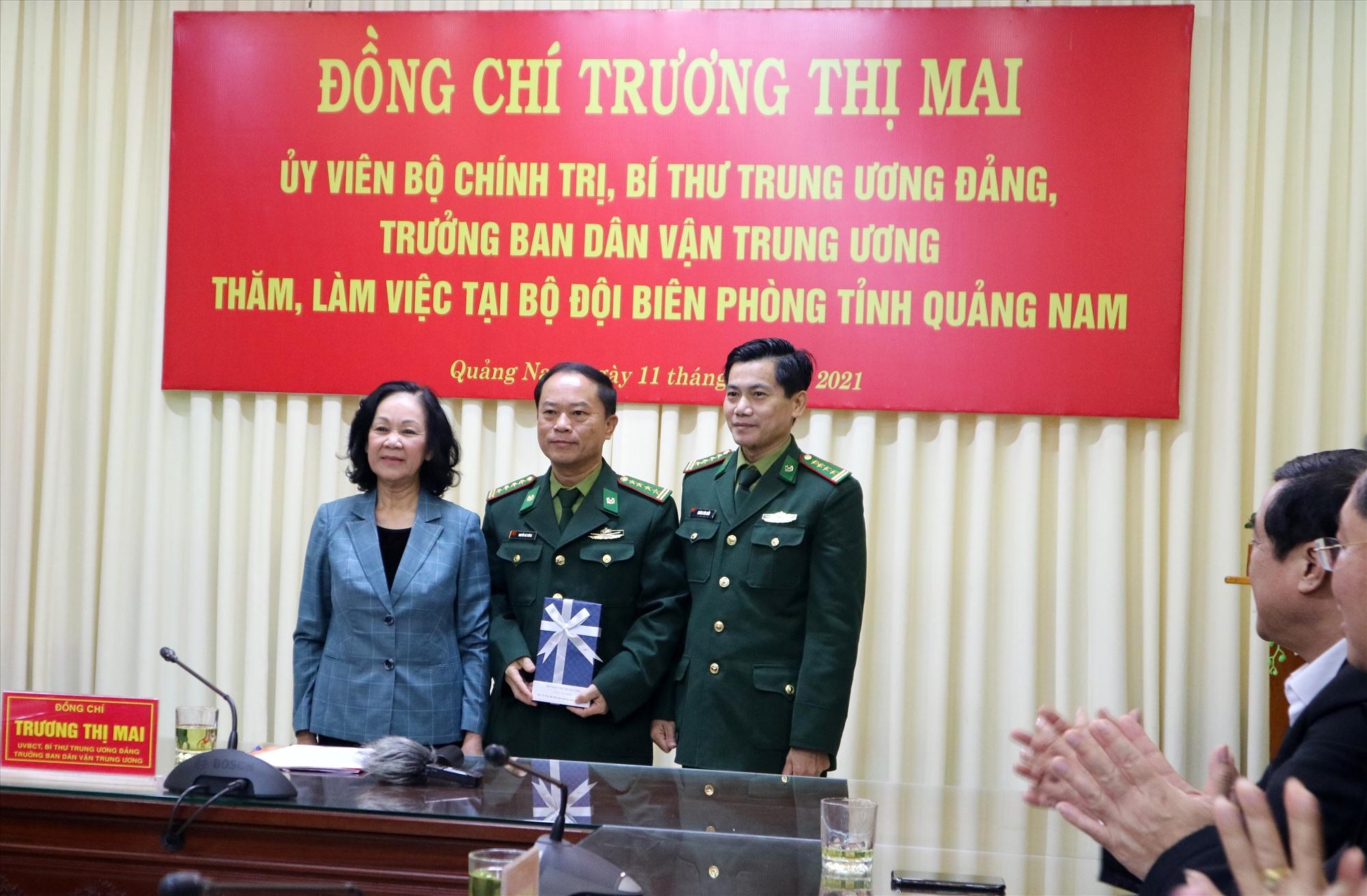 Đồng chí Trương Thị Mai trao quà động viên các chiến sĩ BĐBP tỉnh. Ảnh: A.N